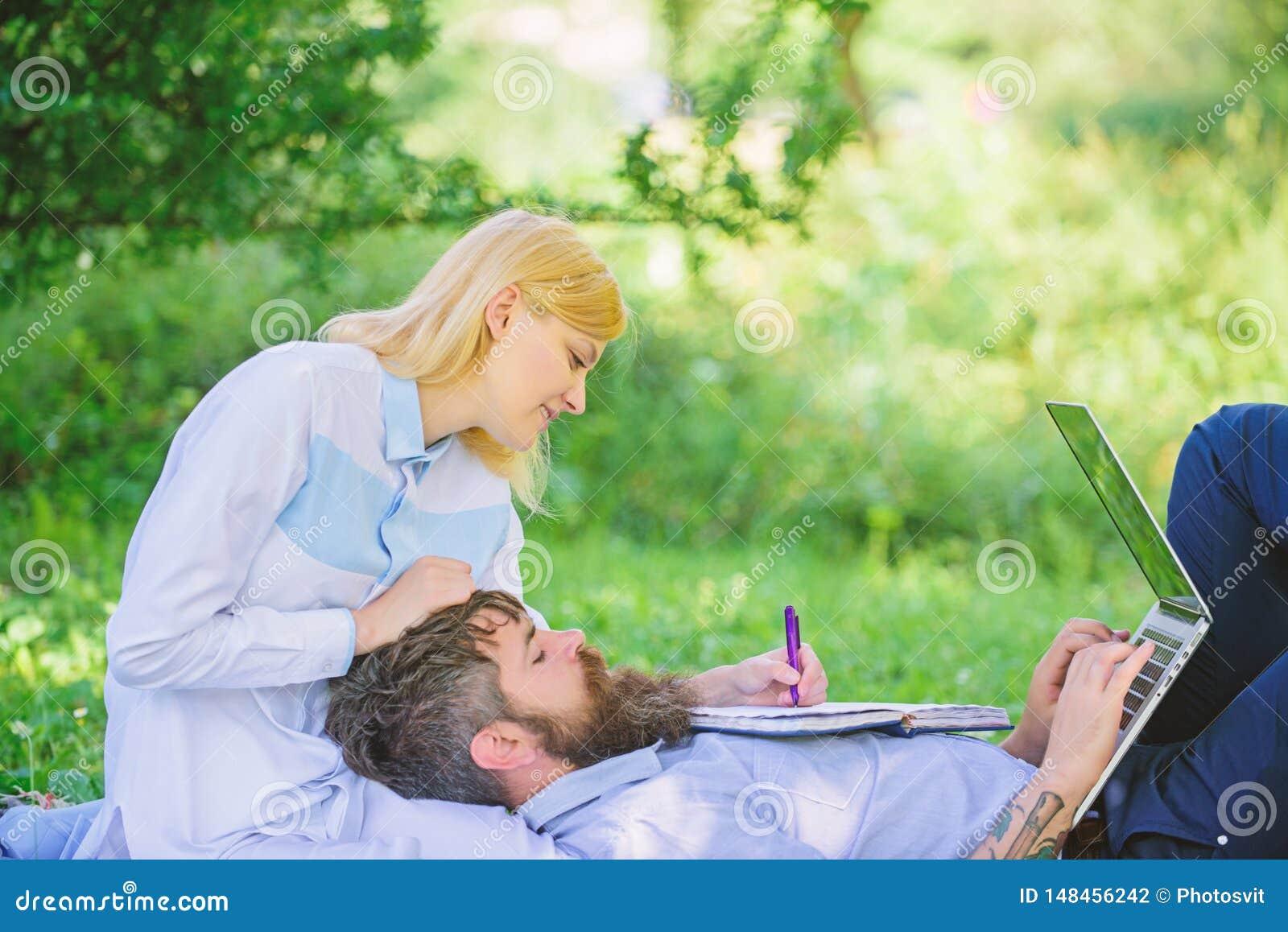 Partnera biznesowego poj?cie Para w mi?o?ci lub rodzinnej pracy online biznesie Balansowy freelance i ?ycie rodzinne M??czyzna i