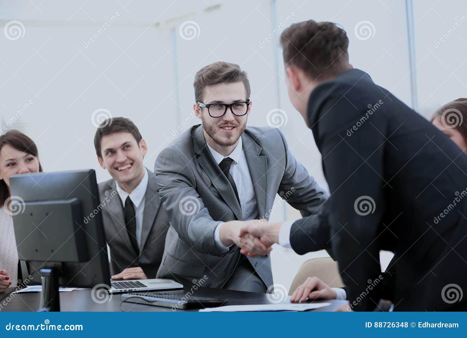 partners dichtbij uw bureau om handen als teken van coo te schudden stock foto afbeelding. Black Bedroom Furniture Sets. Home Design Ideas