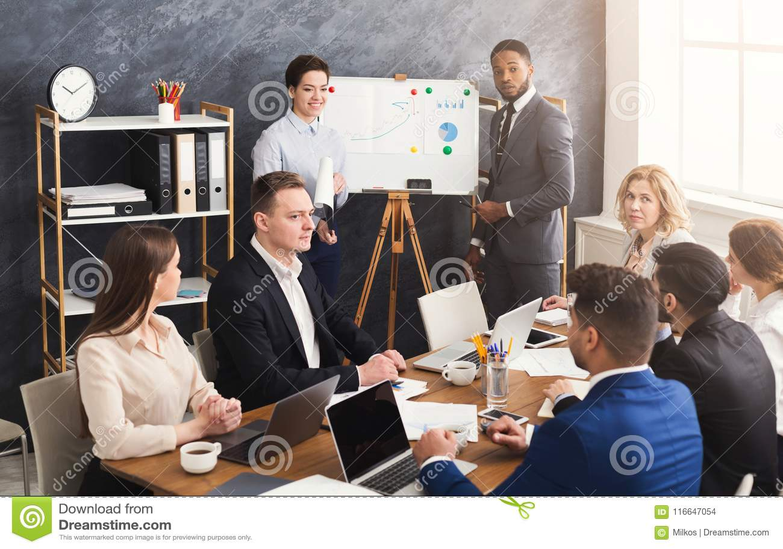 Partners die presentatie geven aan collega s