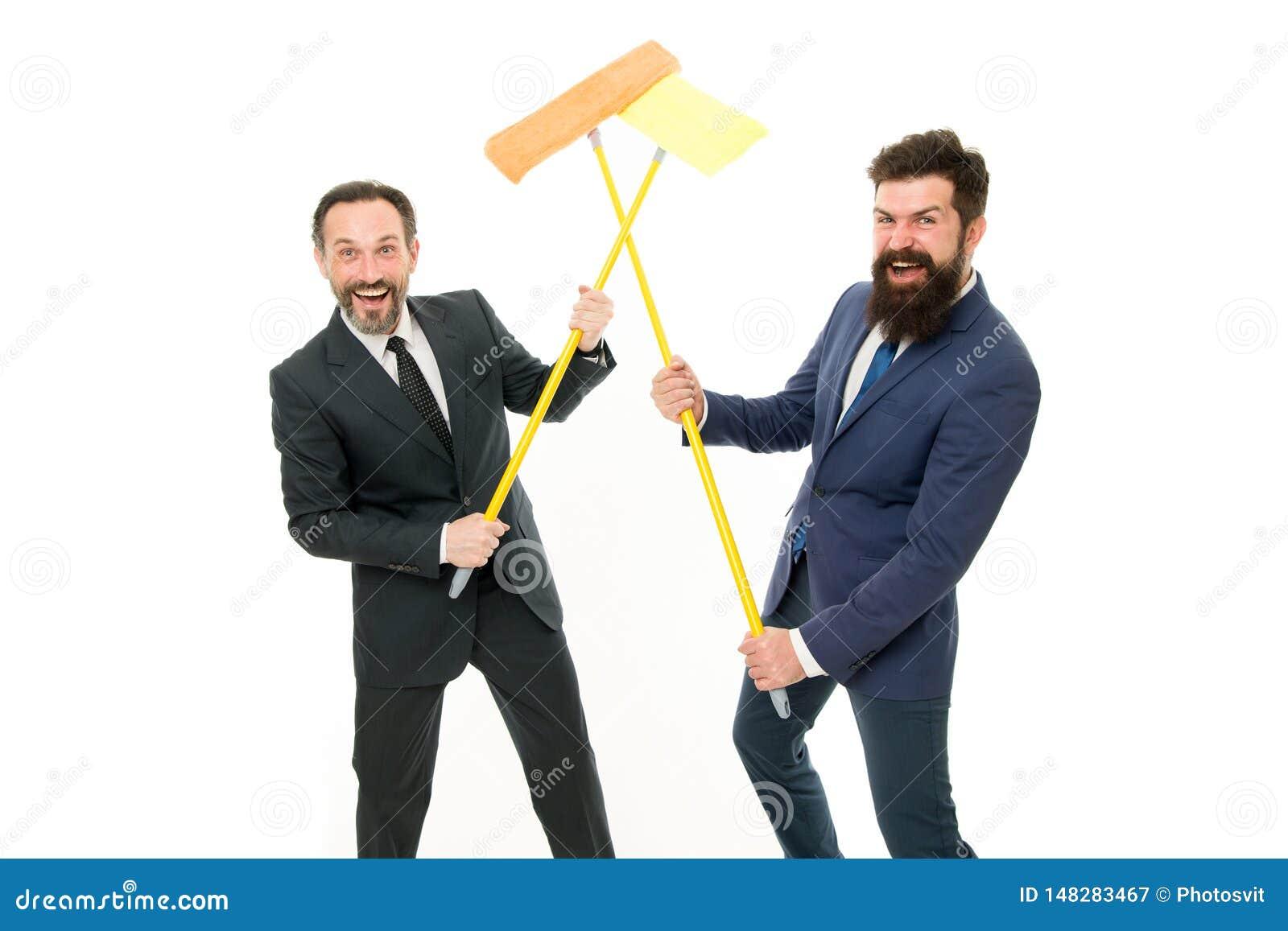 Partnerstwo i praca zespo?owa czyste konto Partnerstwo biznesmeni rozjaśnia ścianę biel Cleaning firma biznes czysty