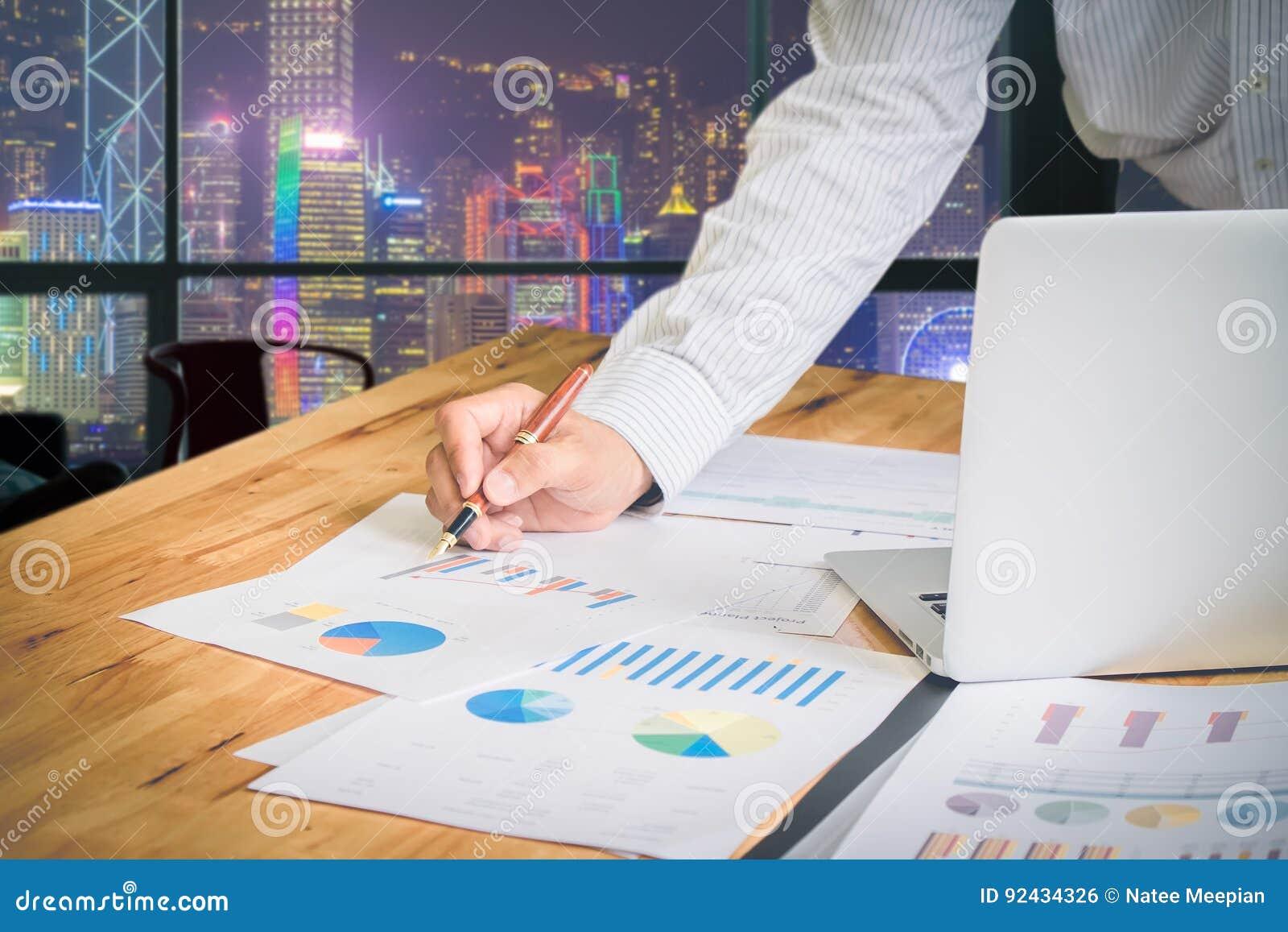 Partnery biznesowi dyskutuje dokumenty i pomysły przy spotkaniem przy h