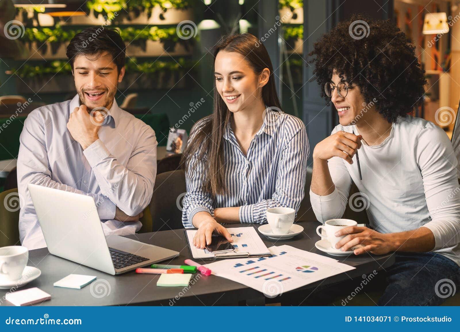 Partnery biznesowi dyskutuje projekt podczas biznesowego lunchu