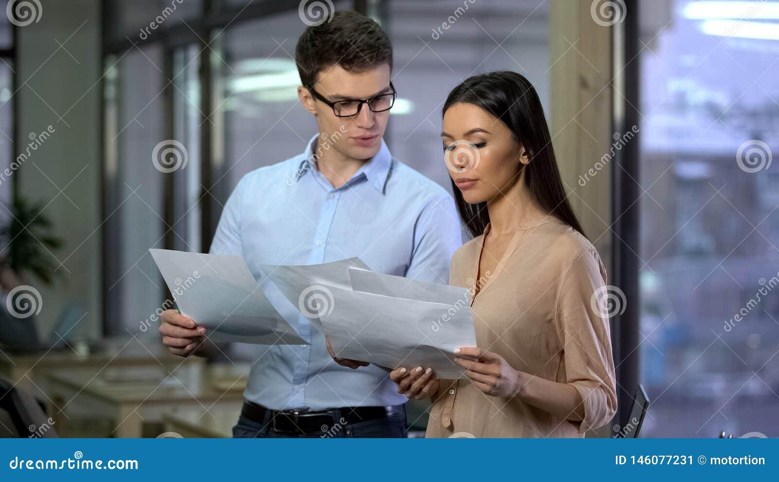 Partnery biznesowi ogl?da papiery z wykresami, firmy zarz?dzanie, planuje