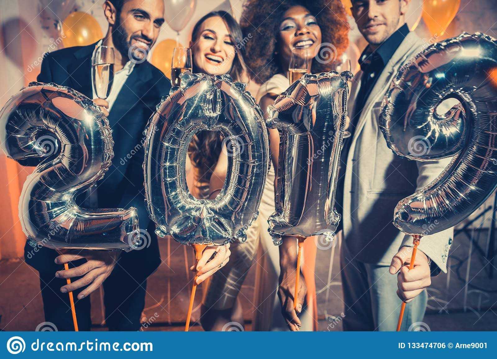 Party женщины и люди людей празднуя канун 2019 Новых Годов