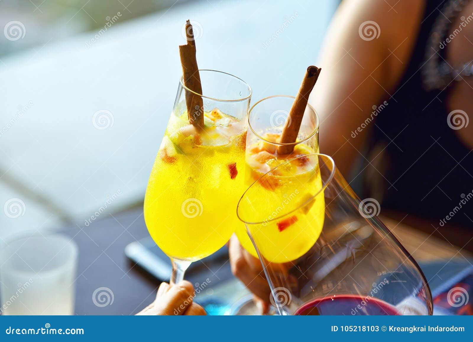 Party o brinde no restaurante, fim acima de três mãos que aumentam vidros de cocktail