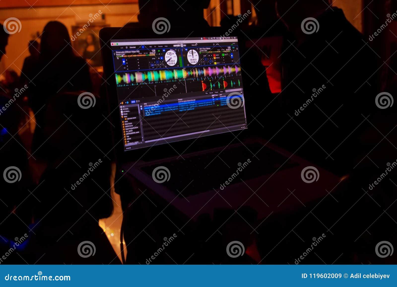 Party o equipamento audio do DJ na cena no clube Iluminação brilhante do concerto Mostra da música dos jogos do disco-jóquei, tri
