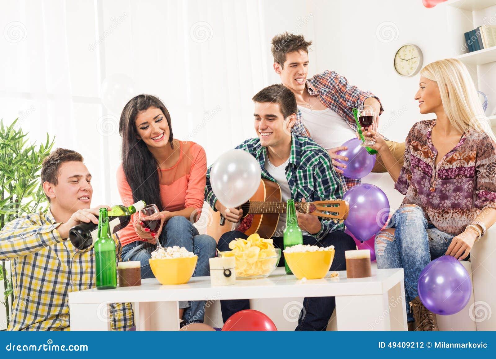 Download Partying Mit Wein Und Gitarre Stockfoto - Bild von spaß, freundlich: 49409212