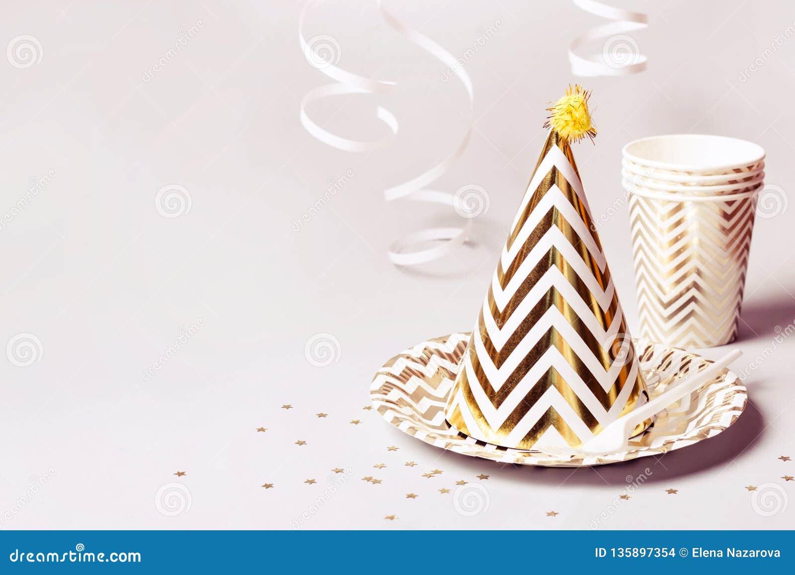 Partyjni akcesoria w złocie Papierów confetti na szarym tle i naczynia