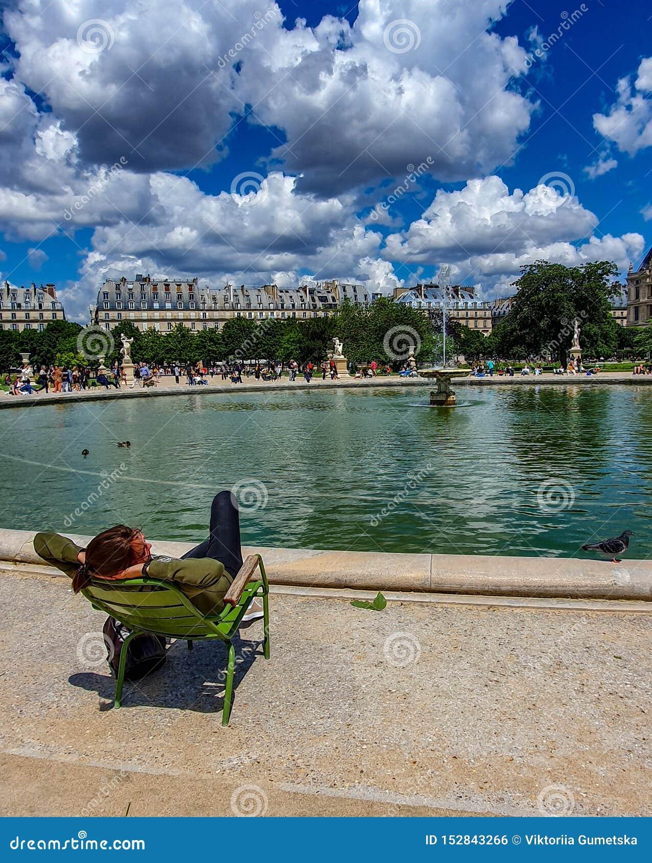 Paryż, Francja, Czerwiec 2019: Relaksować w Tuileries ogródzie