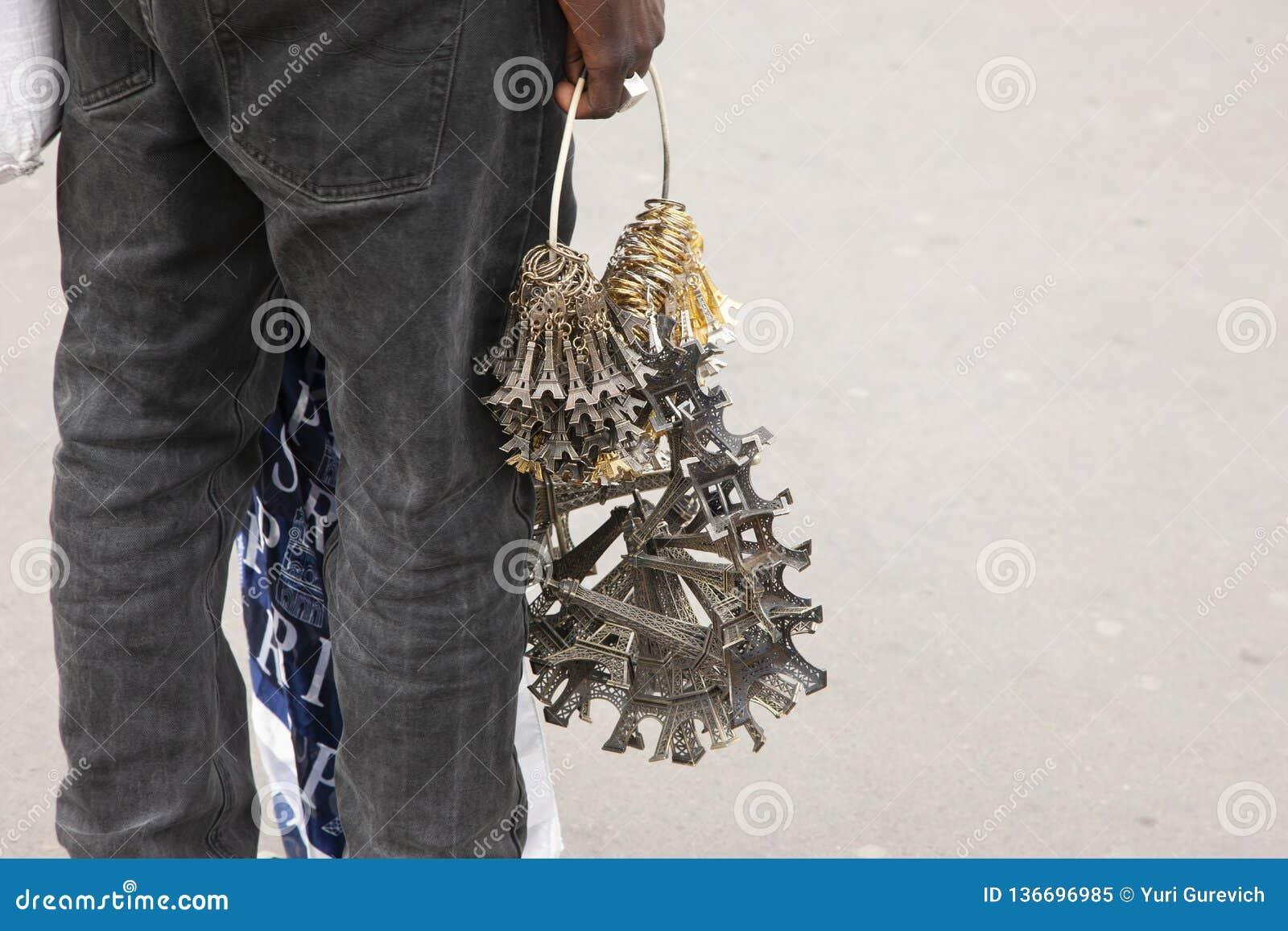 Paryż Francja, Kwiecień, - 12, 2011: Afrykańskie imigranta bubla pamiątki