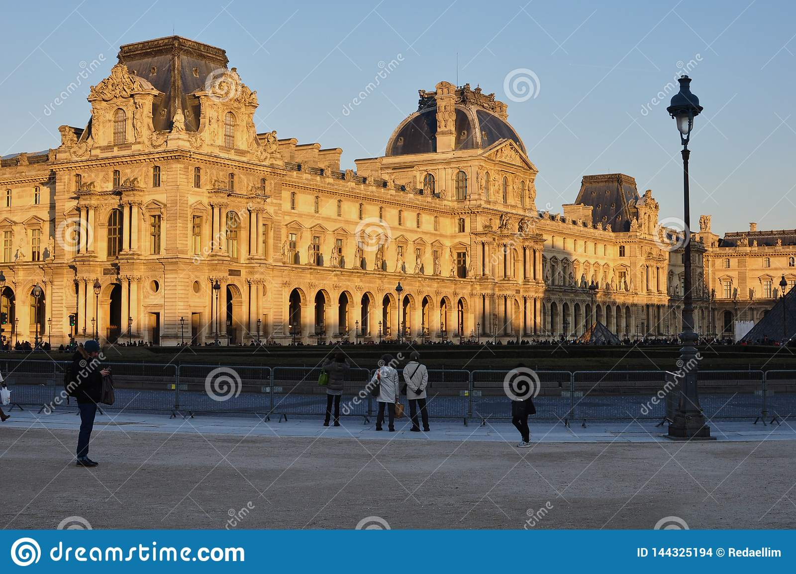 Paryż, Francja - 02/08/2015: Widok louvre muzeum