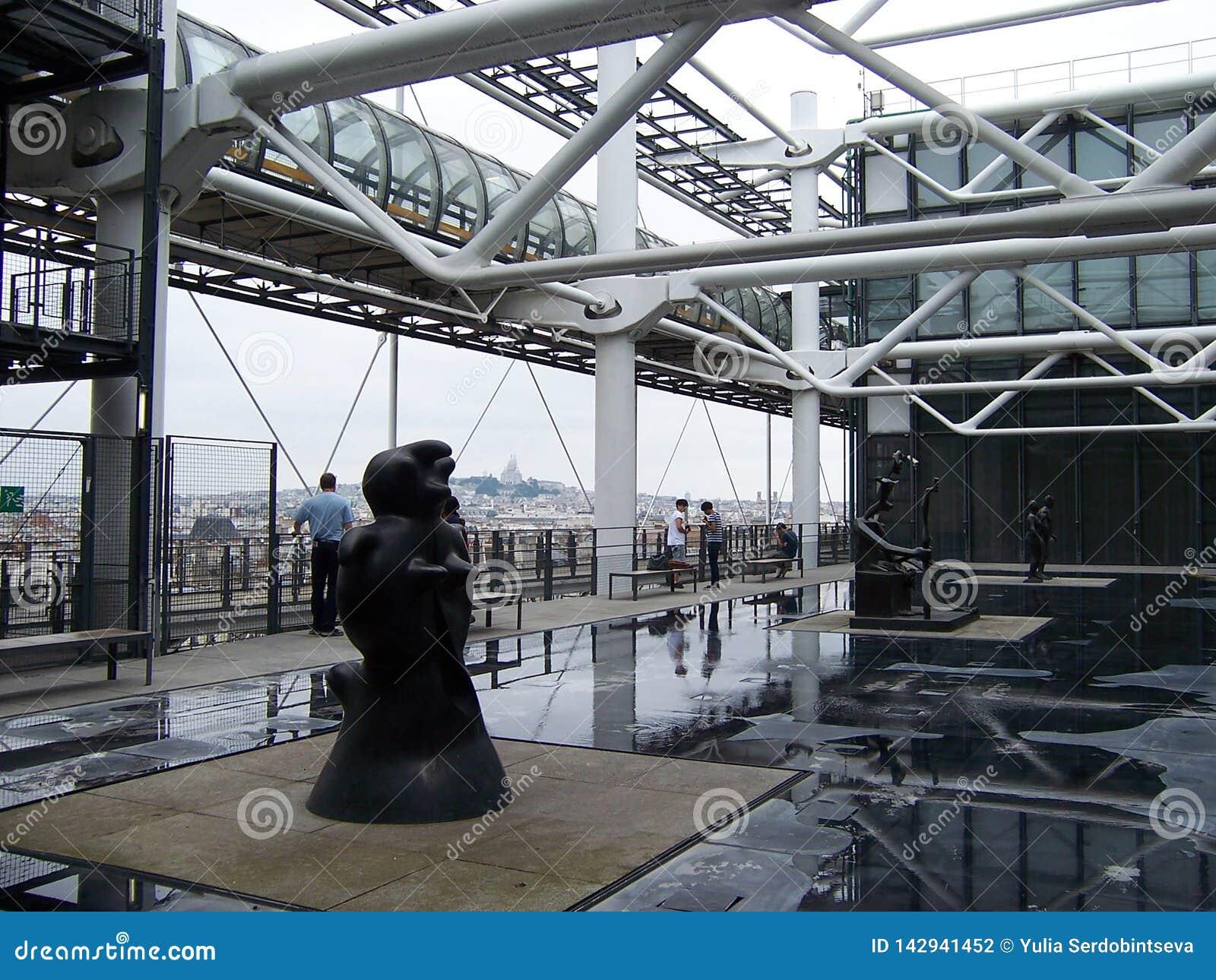 Paryż, sierpień 07, 2009: Instalacja outdoors w Muzealnym Pompidou w lecie