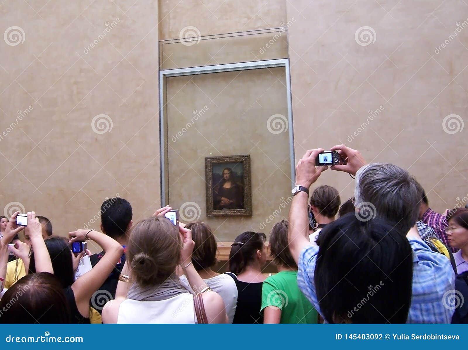 Paryż, sierpień 05, 2009: Turyści biorą obrazkom Mona Lisa Monna Lisa Gioconda w włoszczyźnie lub los angeles