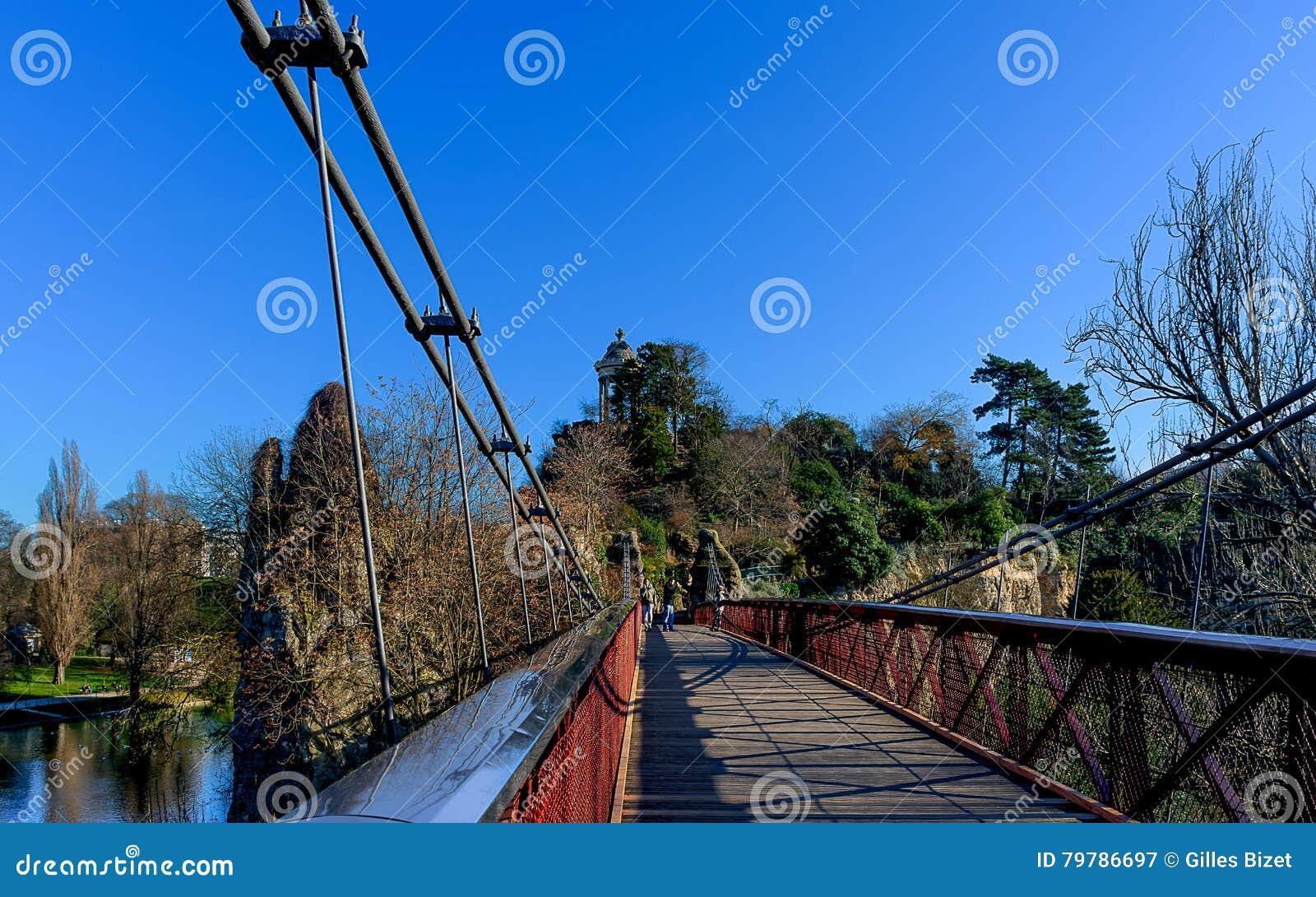 Paryż - zawieszenie most - Parc des Buttes Chaumont
