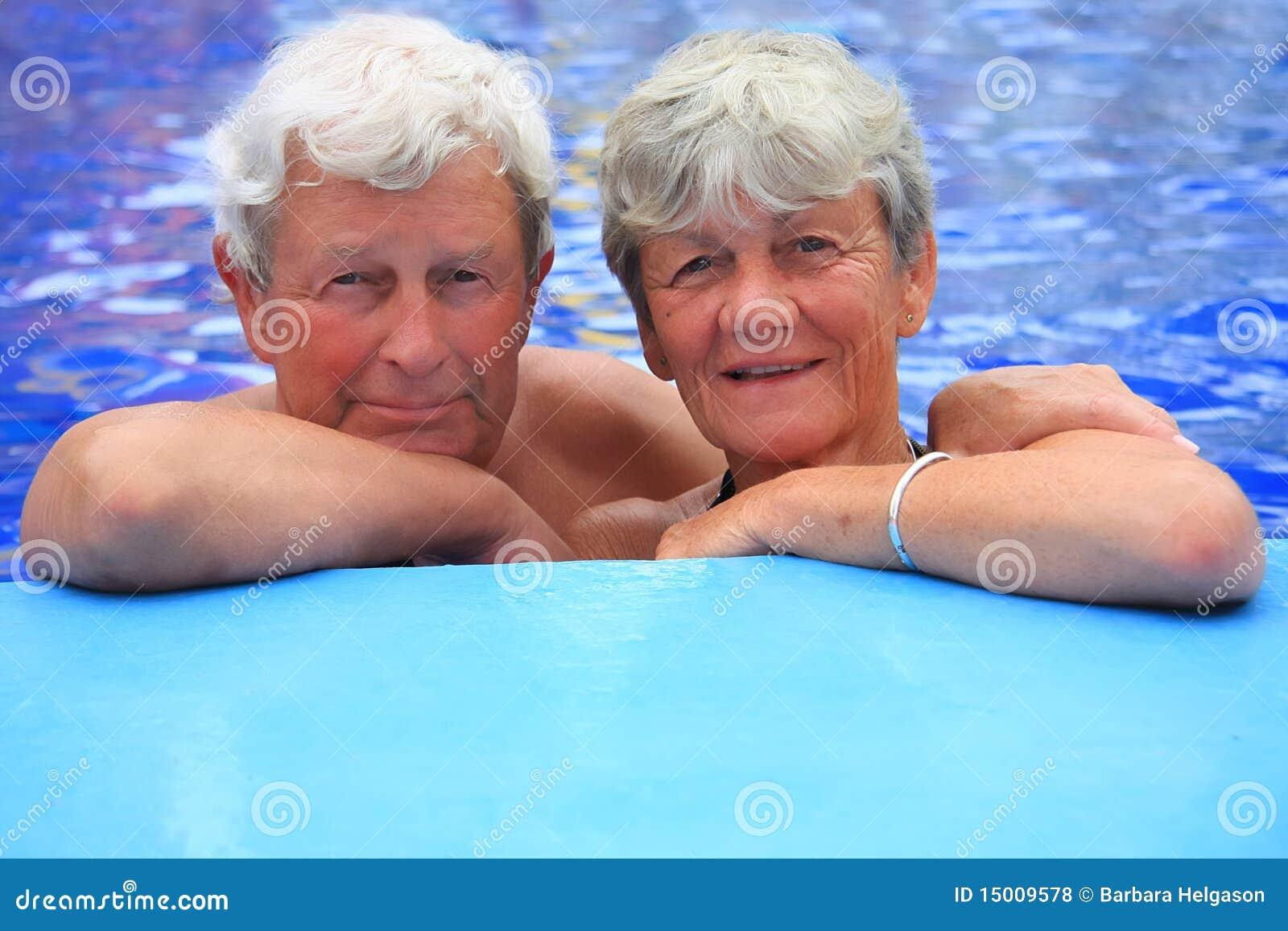 Pary basenu seniora dopłynięcie