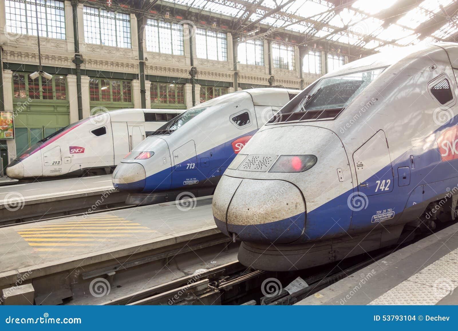 PARYŻ FRANCJA, KWIECIEŃ, - 14, 2015: TGV prędkości francuza wysoki pociąg w gare De Lion staci na Kwietniu 14, 2015 w Paryż, Fran