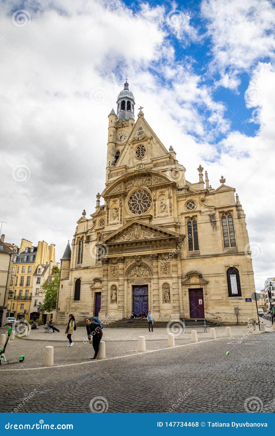 Pary?, Francja - 24 04 2019: Saint Etienne Du Mont Ko?ci?? w ?aciny ?wiartce, francuski gothic ko?ci?? w chmurnym dniu, Pary?