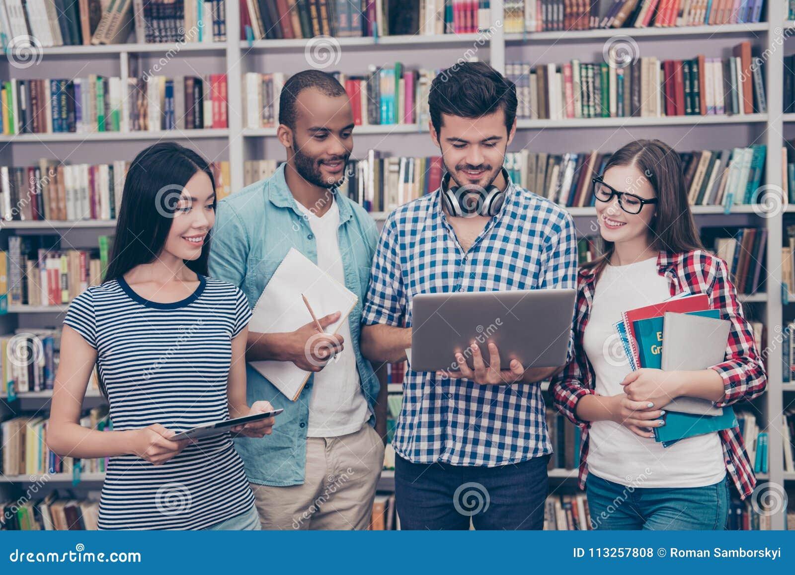 Pary międzynarodowi ucznie studiują po wykładów wewnątrz