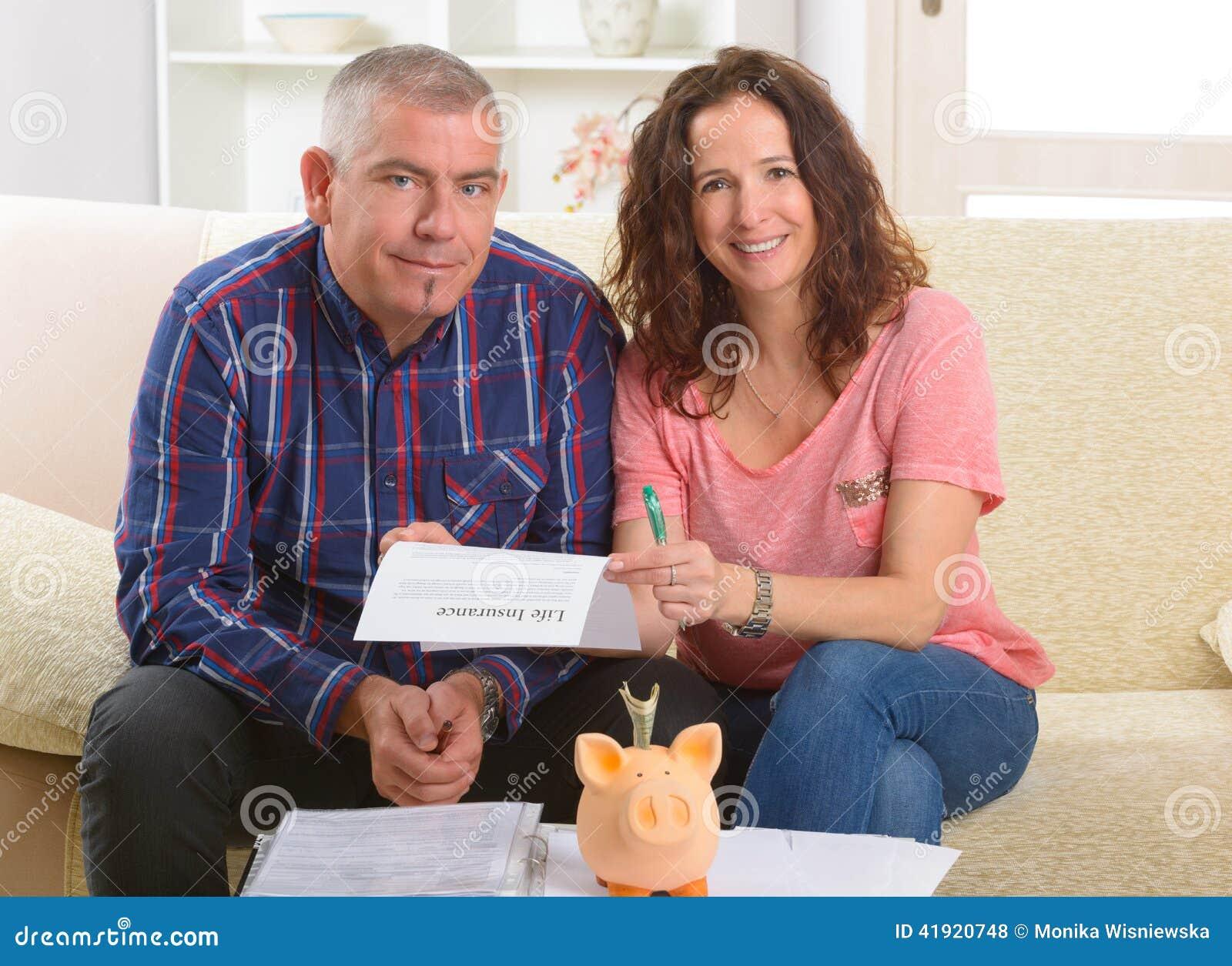 Pary podpisywania ubezpieczenie na życie kontrakt
