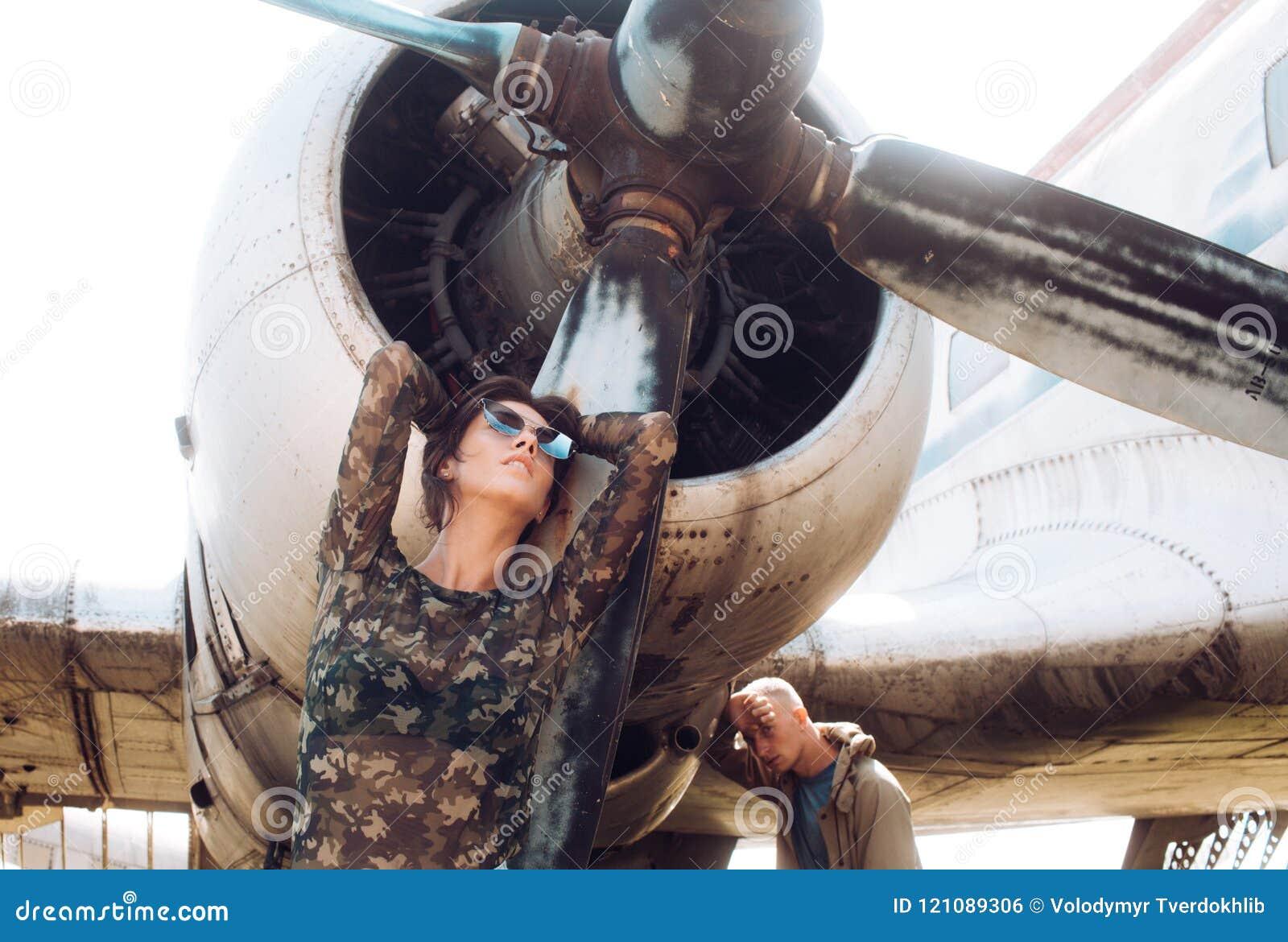 Pary pojęcie Pary poza przy retro samolotem Para zmysłowa kobieta i przystojny mężczyzna przy samolotem miłość pary