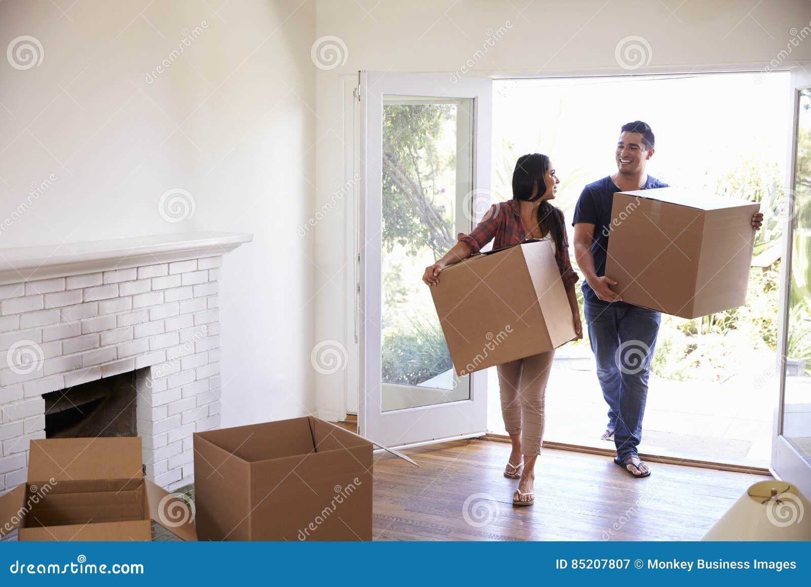Pary przewożenie Boksuje W Nowego dom Na Poruszającym dniu