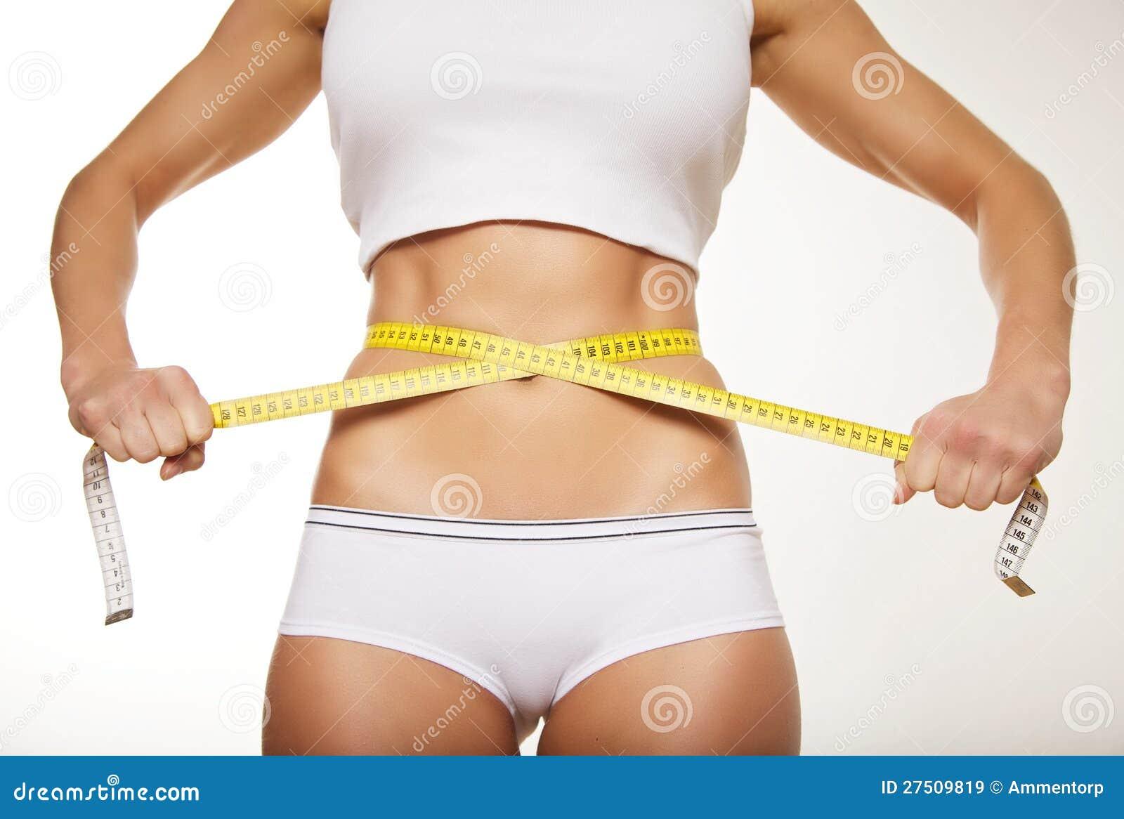 Pas vrouw in ondergoed met maatregelenband