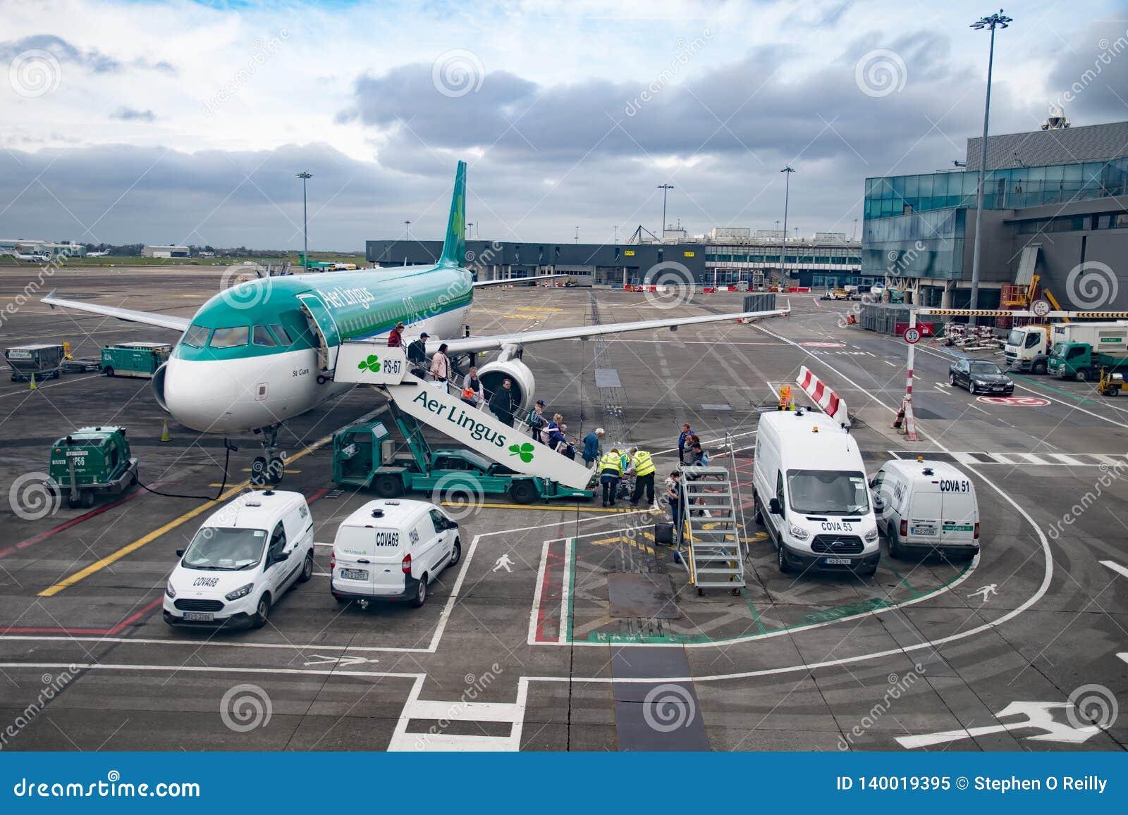 Pasażery Wyokrętuje od samolotu