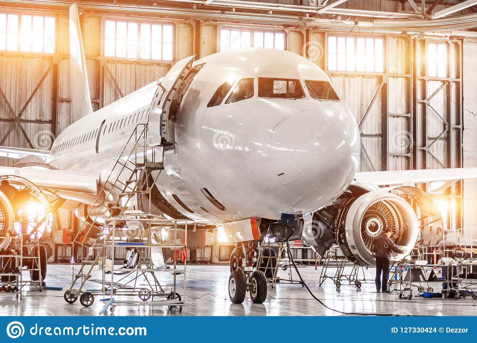 Pasażerski handlowy samolot na utrzymaniu parowozowa Turbo kadłuba i strumienia naprawa w lotniskowym hangarze Samolot z otwartym