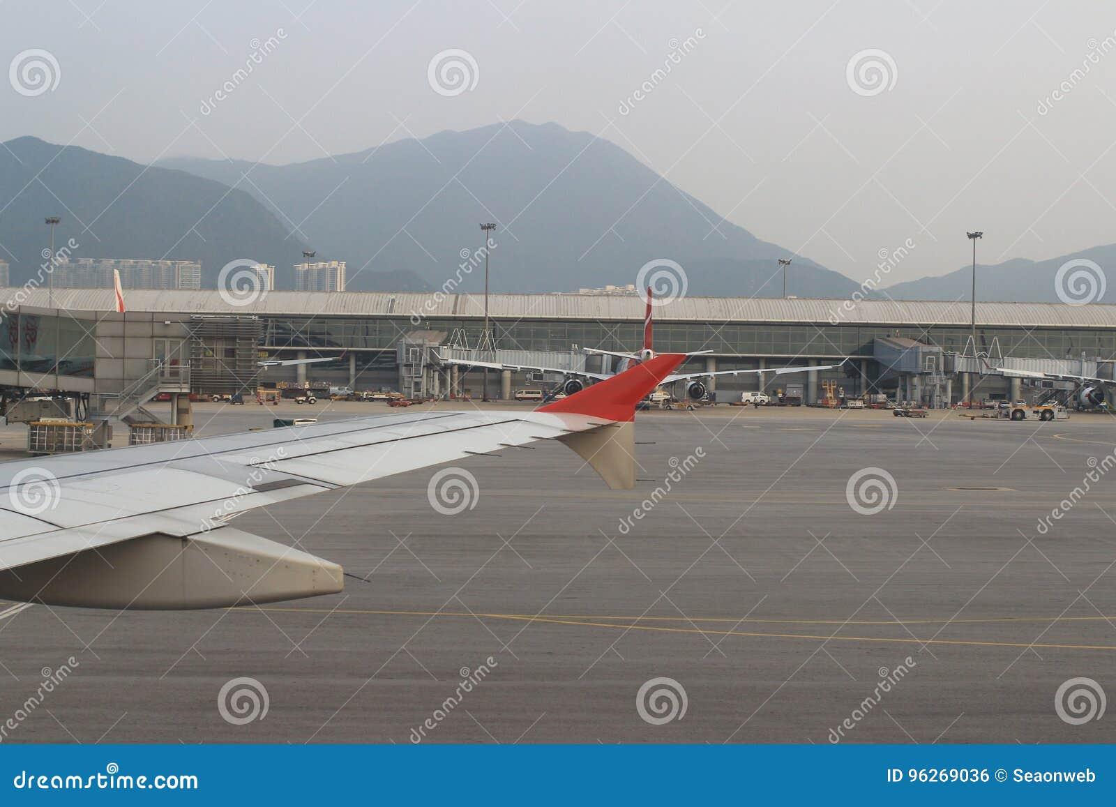Pasażerski samolot na pasie startowym Hong Kong
