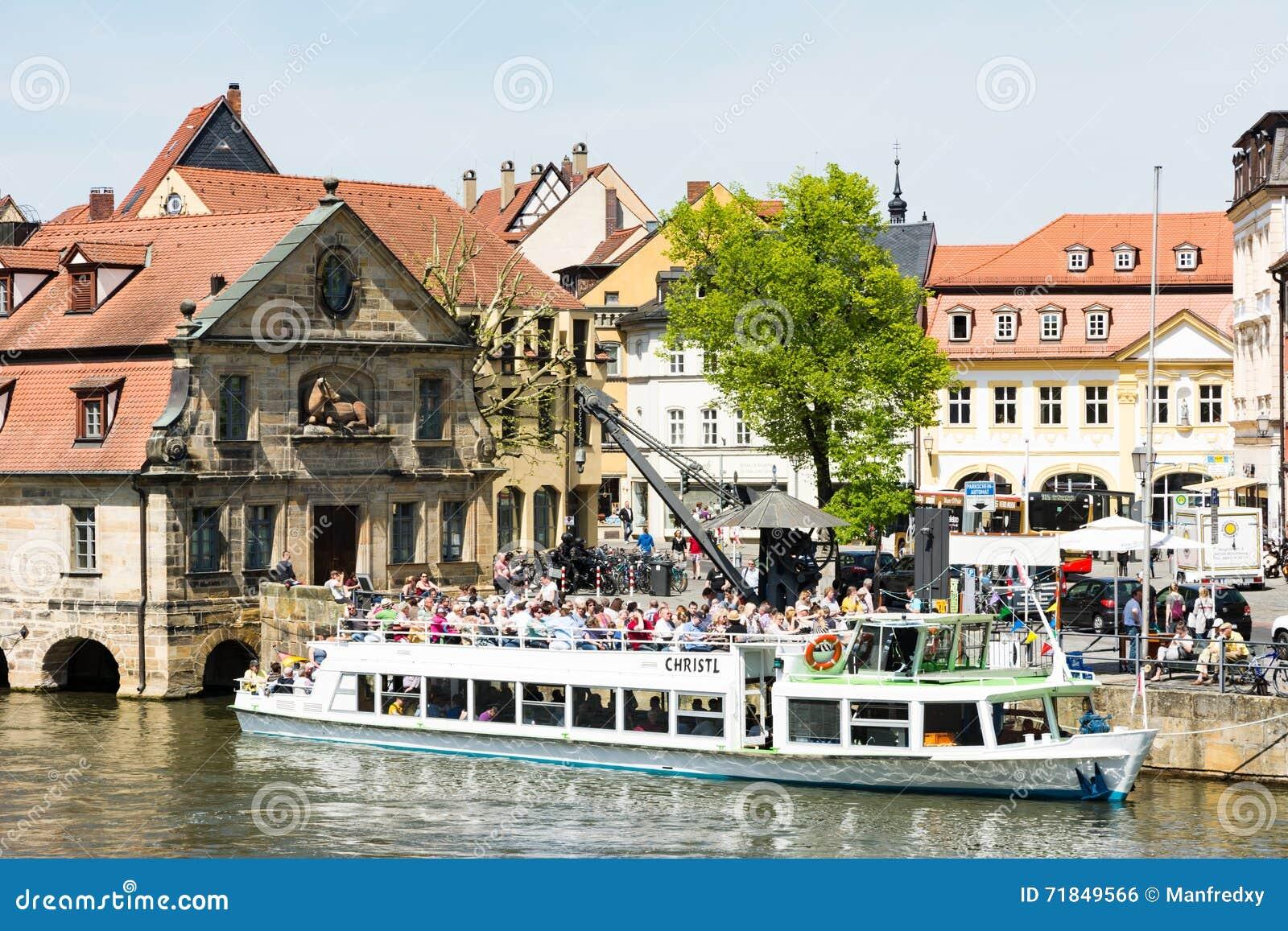 Pasażerski statek przy Rzecznym Regnitz w Bamberg