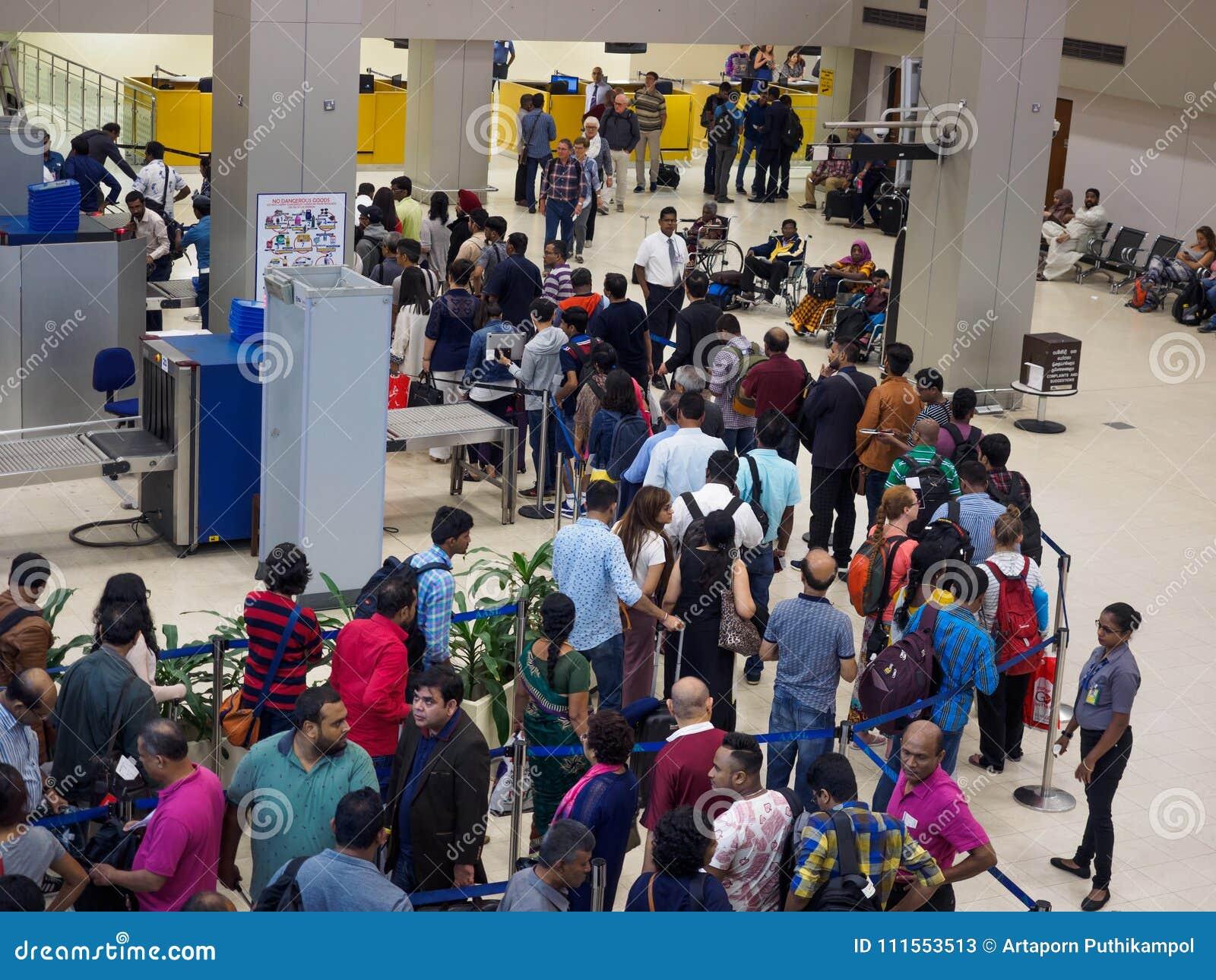 Pasażery czeka w kolejce dla sprawdzianu bezpieczeństwa przy Sri Lanka Bandaranaike lotniskiem międzynarodowym