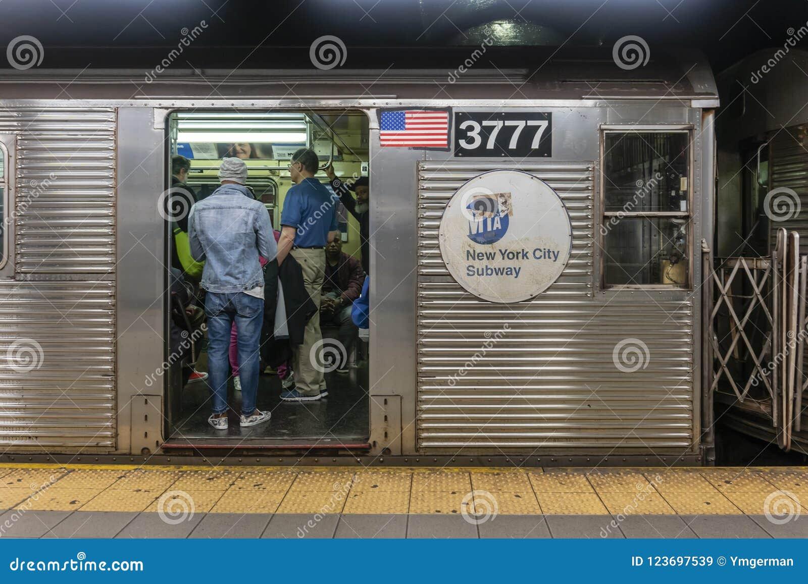 Pasażery podróżuje na metrze w Miasto Nowy Jork