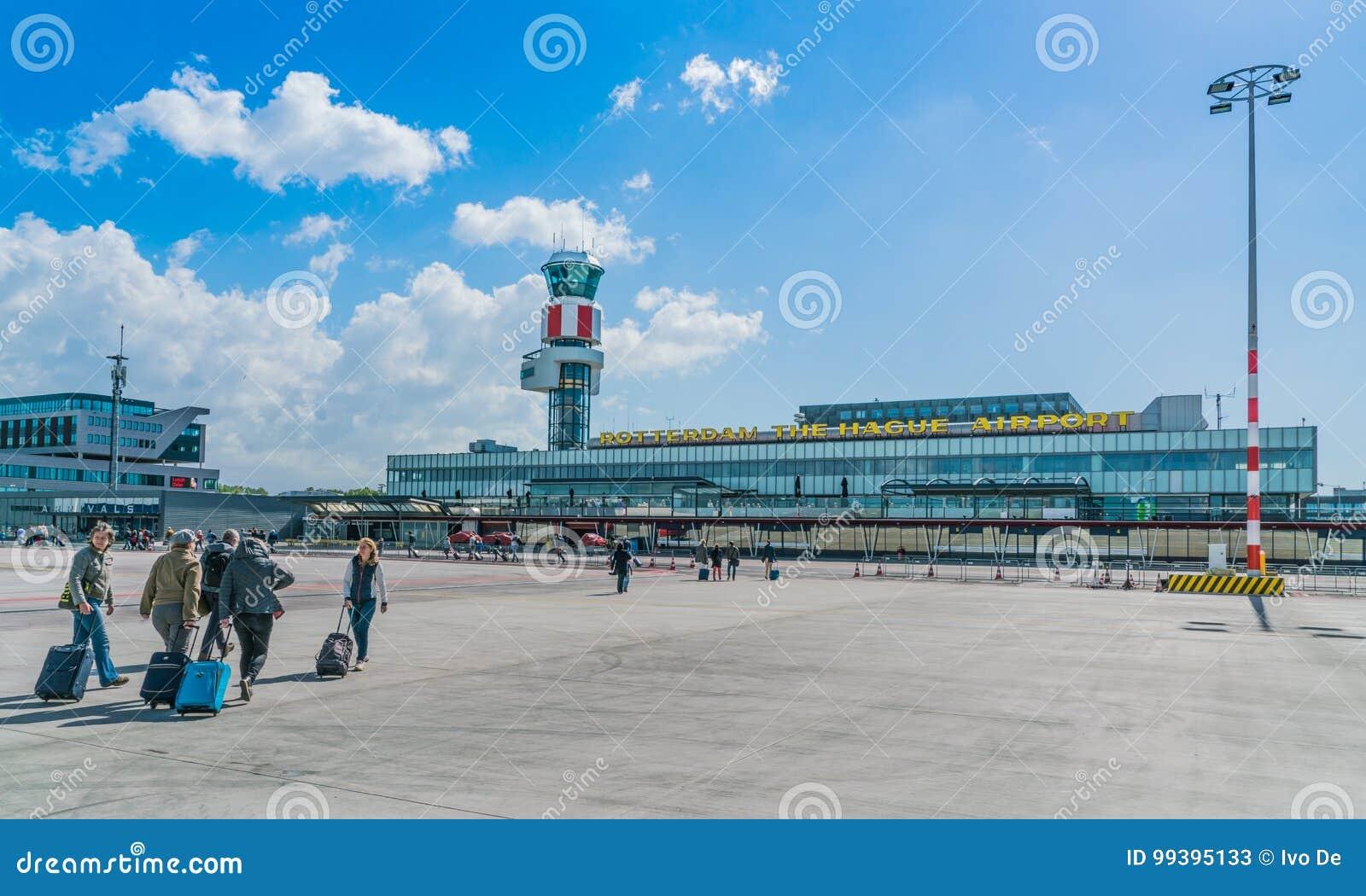 Pasajeros que caminan del aeroplano al pasillo de las llegadas aeropuerto de Rotterdam, La Haya