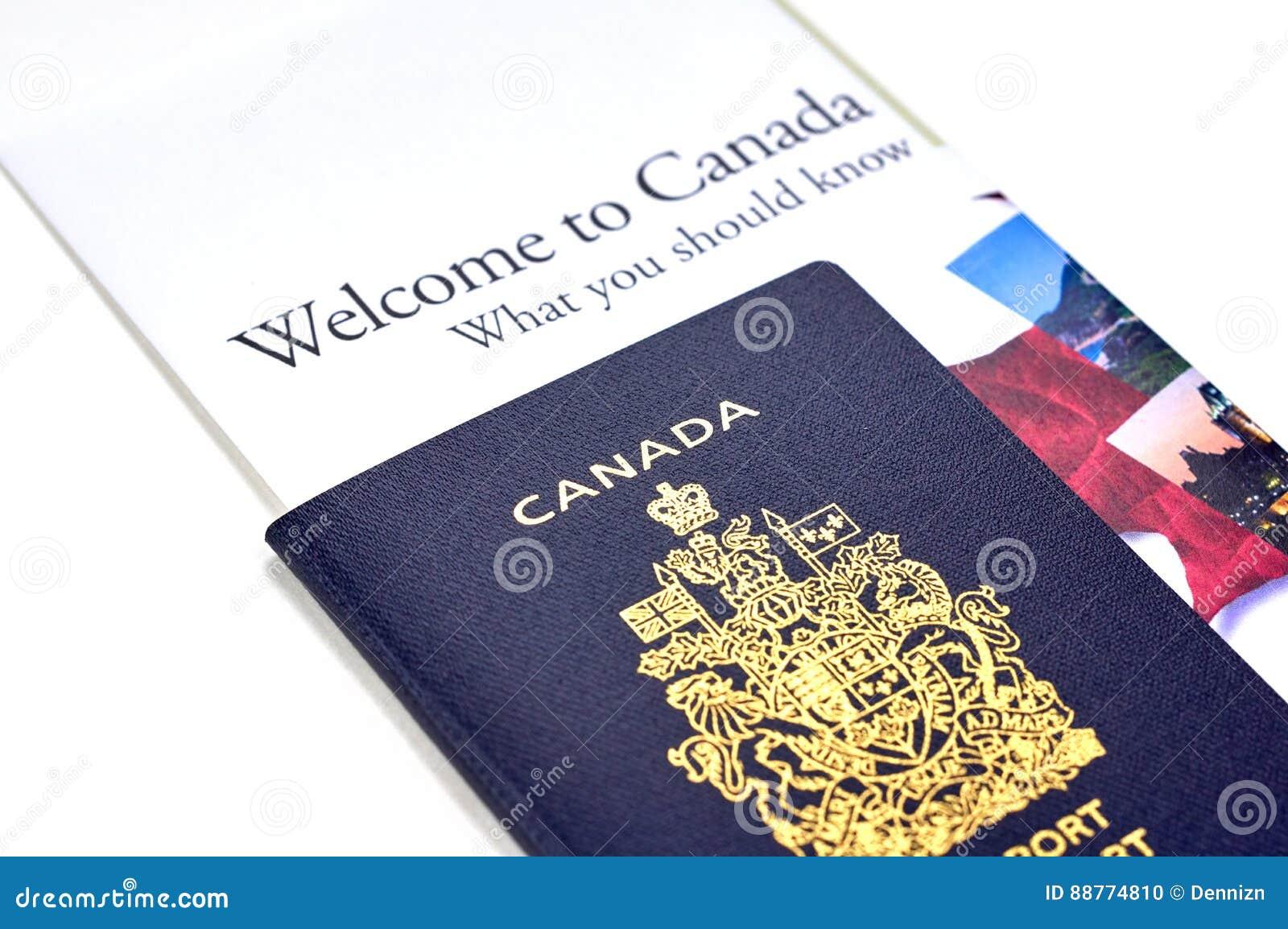 Pasaporte Canadiense Con Un Folleto Imagen editorial - Imagen de ...