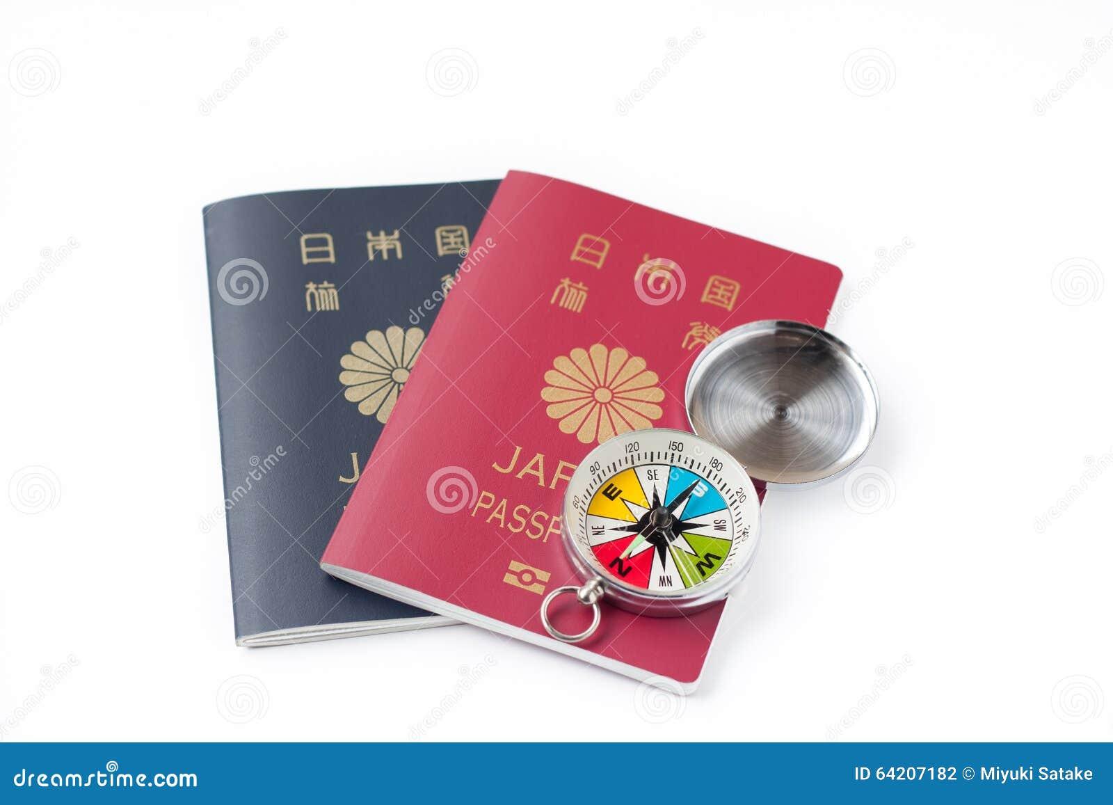 Pasaporte japonés en el fondo blanco del aislante