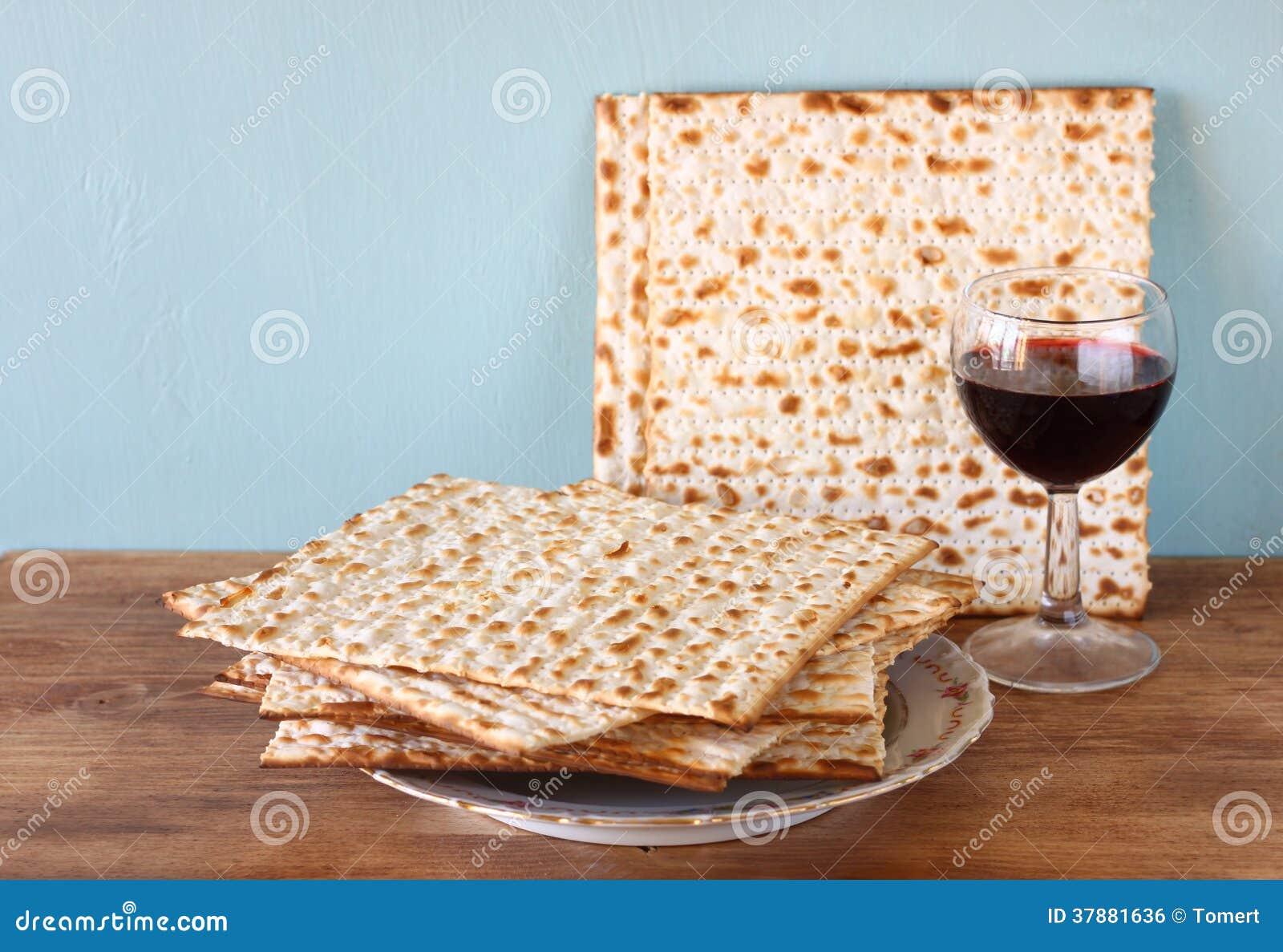 Paschaachtergrond. wijn en matzoh (Joods passoverbrood)