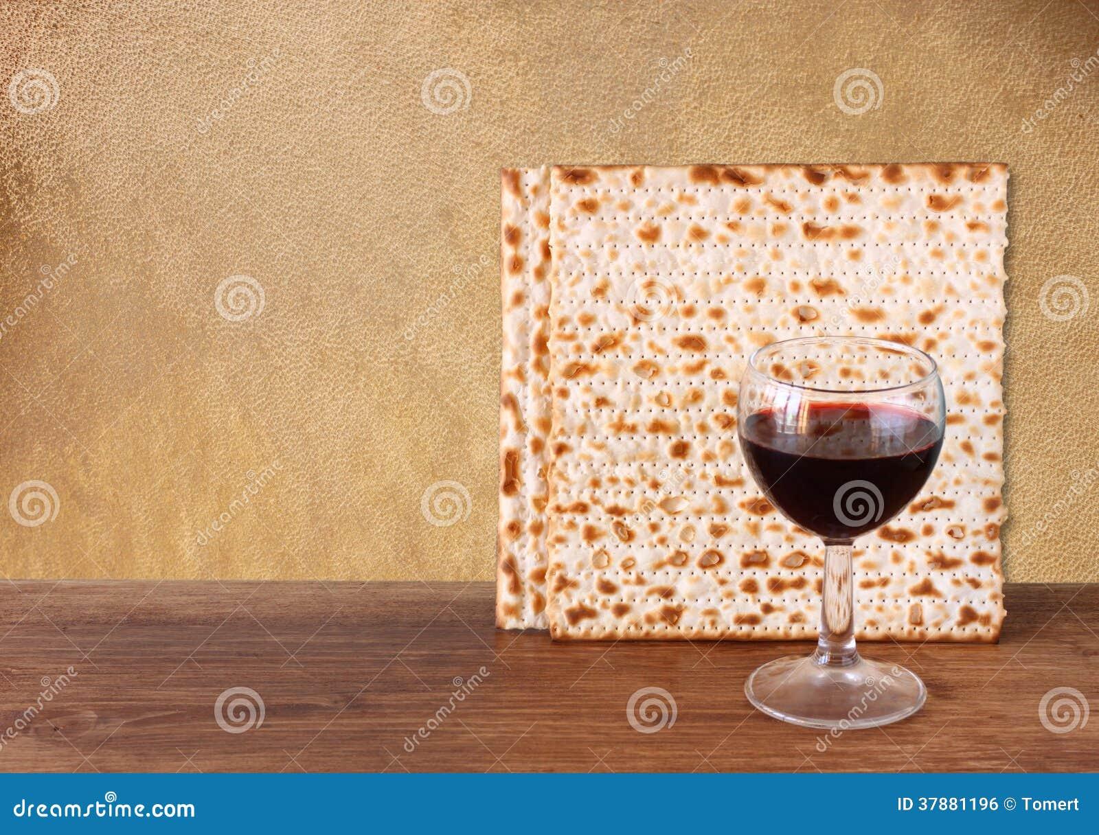 Paschaachtergrond. wijn en matzoh (Joods passoverbrood) over houten achtergrond