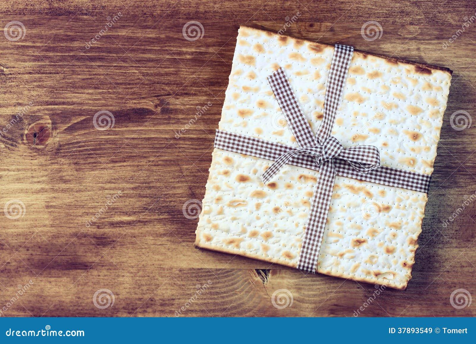 Paschaachtergrond. wijn en matzoh (Joods passoverbrood) over houten achtergrond.