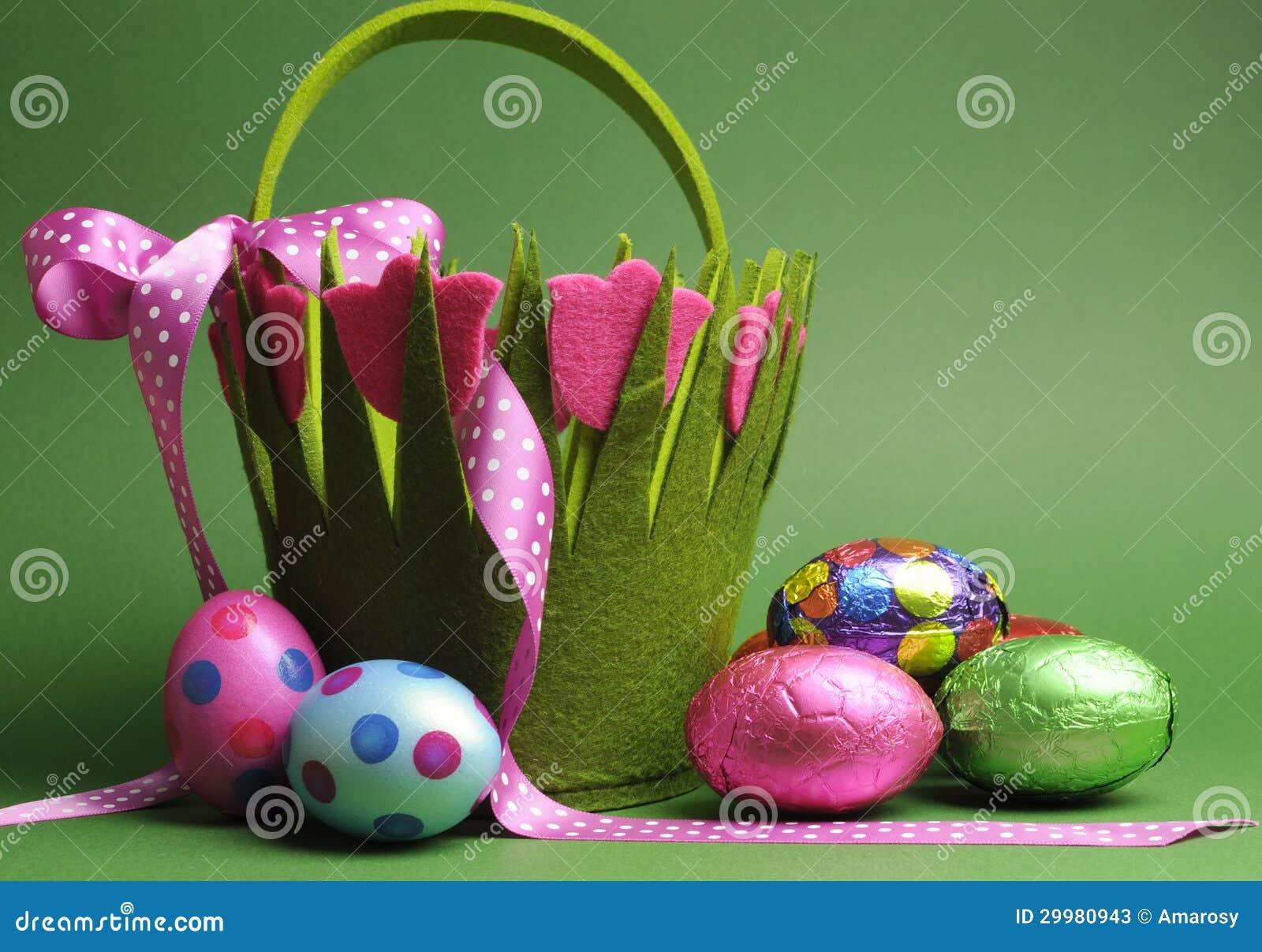La caza del huevo de Pascua con el lunar colorido del tema de la primavera lleva los huevos de Pascua del bolso y del chocolate de