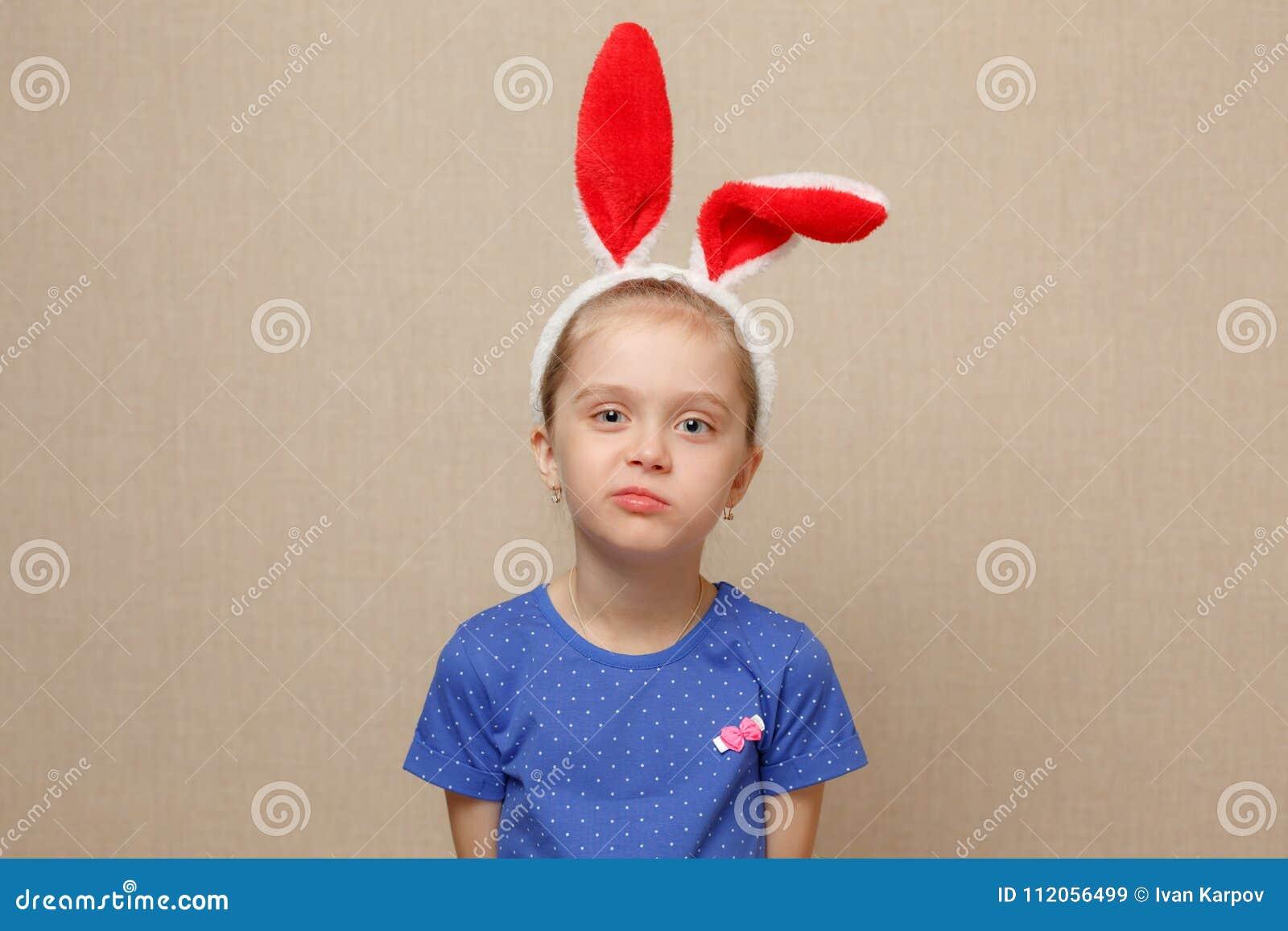Pascua feliz Muchacha del niño con los oídos del conejito