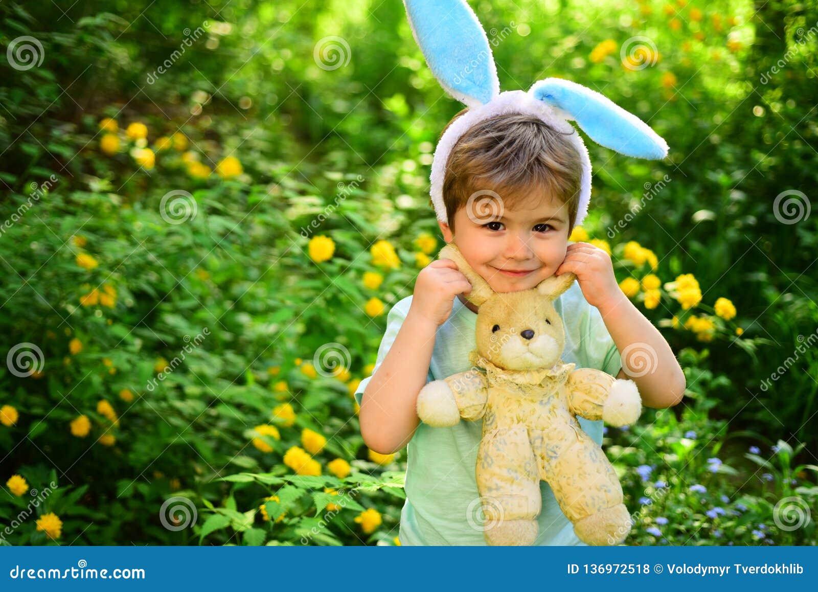 Pascua feliz Niñez Caza del huevo el día de fiesta de la primavera Amor Pascua Día de fiesta de la familia Niño del niño pequeño