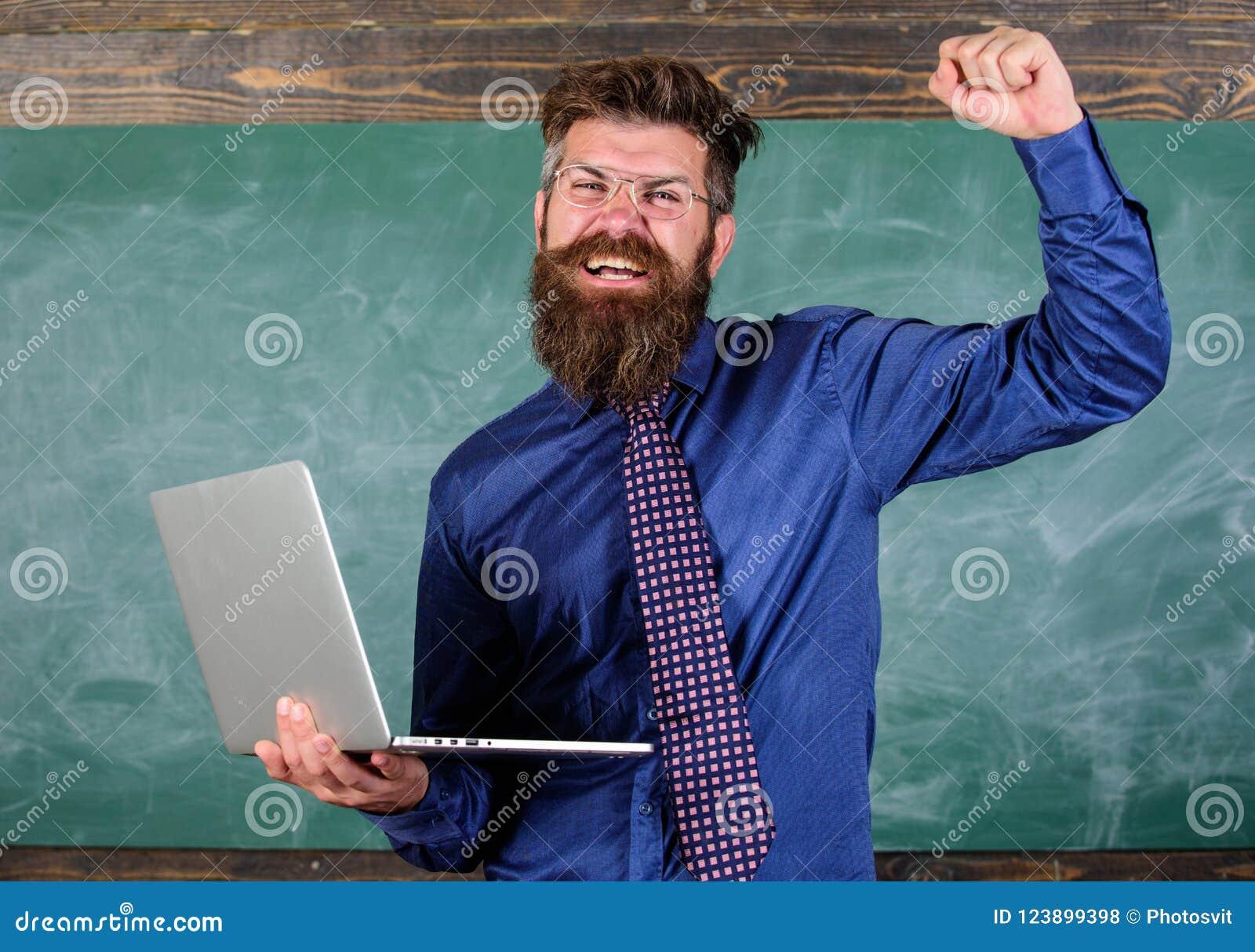 Pase la prueba en línea Concepto de la educación a distancia El hombre barbudo del profesor con el ordenador portátil moderno pas