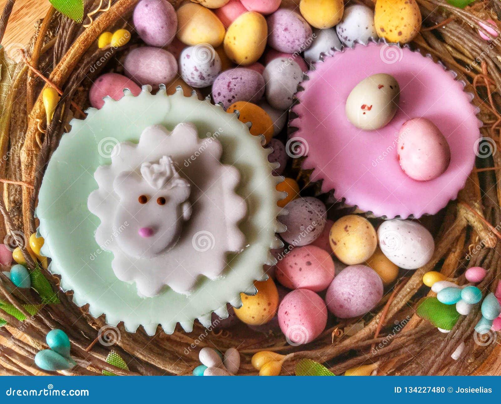 Pasen behandelt, bevroren cupcakes en leggen de paaseieren, vlakte voedselfotografie