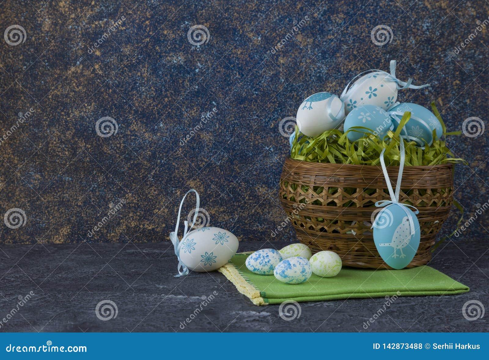 Pasen-brood en blauwe paaseieren in een mand op donkere steenlijst