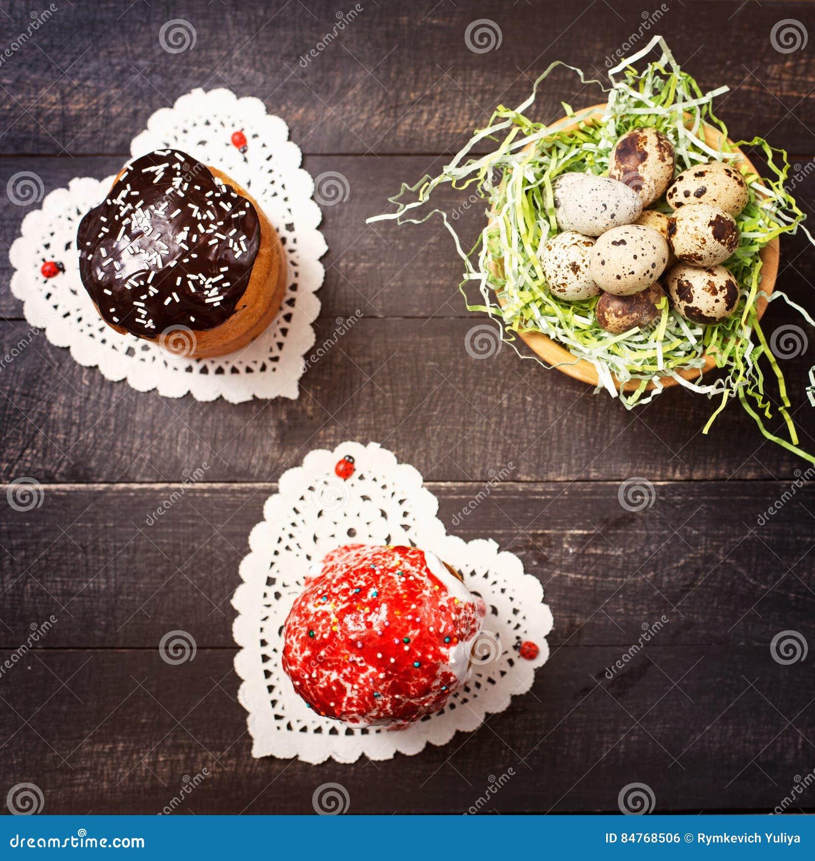 Pasen-cakes op servetten in de vorm van hart en Nestkwartelsei