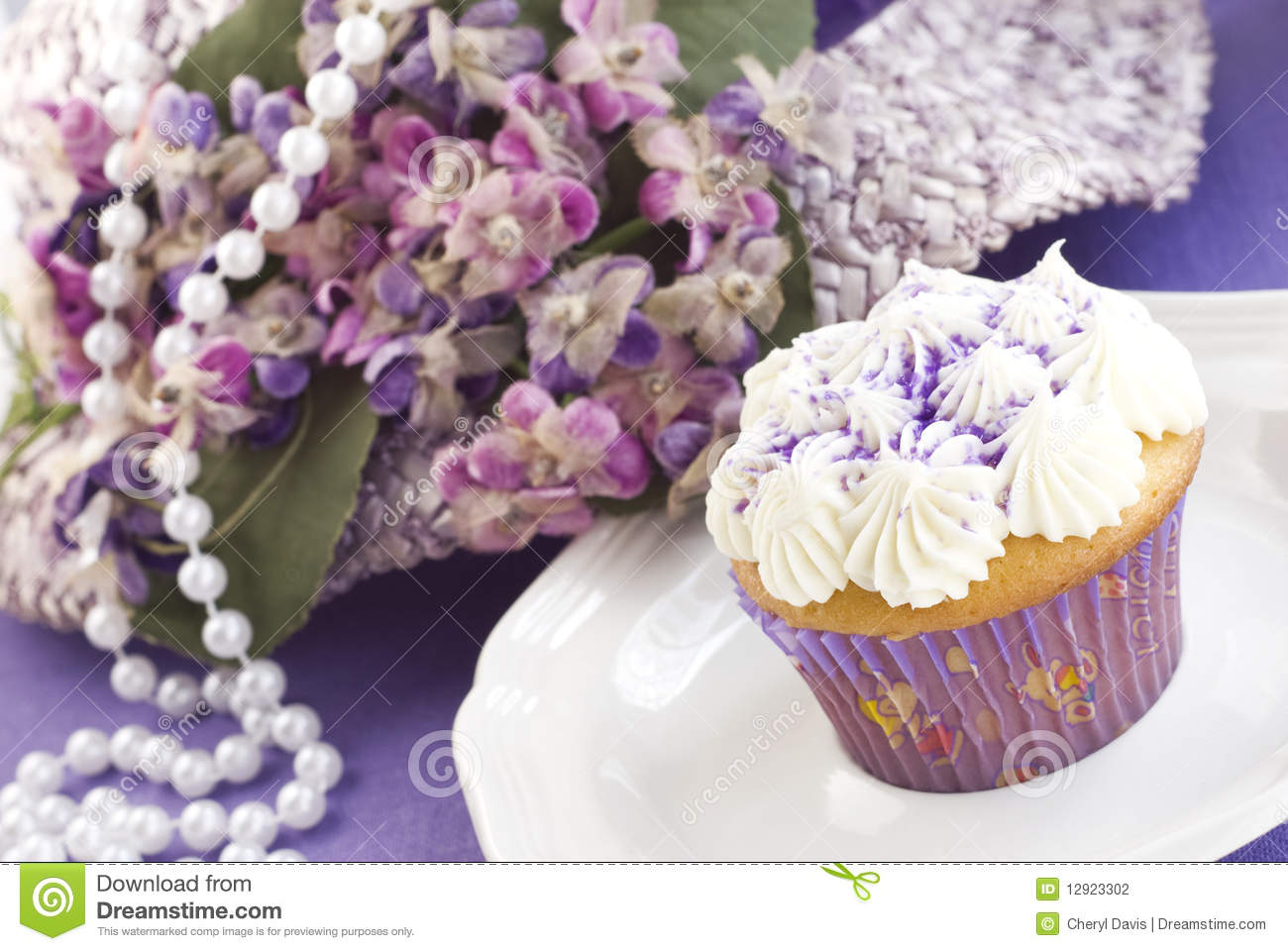 Pasen cupcake met purpere decoratie stock fotografie for Decoratie cupcakes