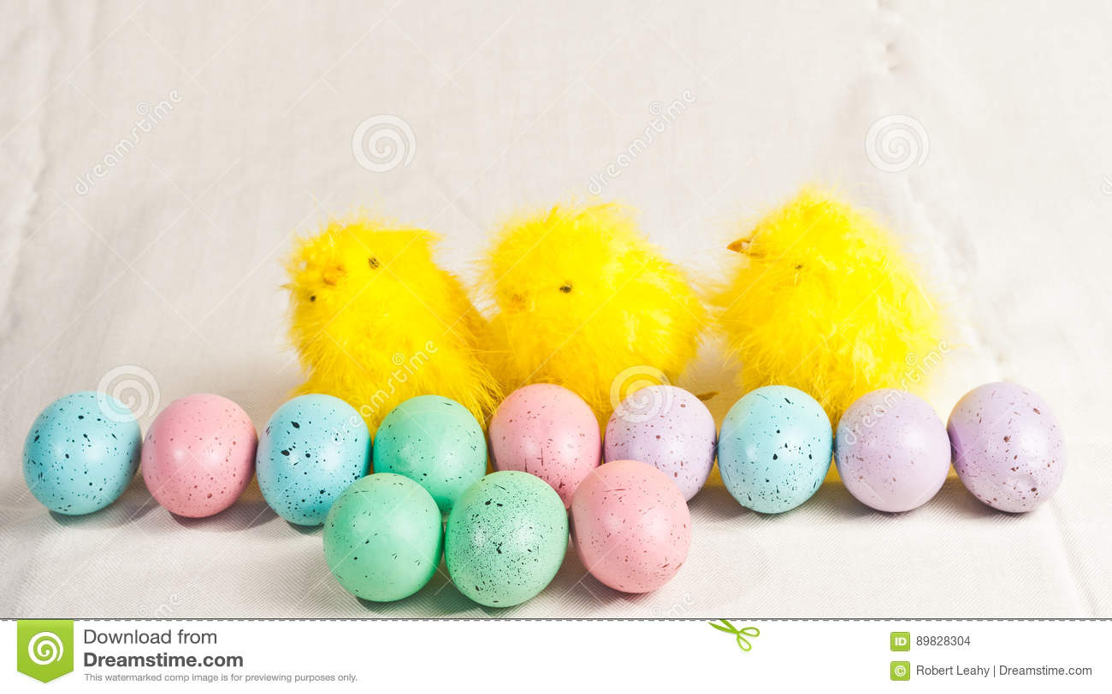 Pasen gekleurde eieren en drie kuikens