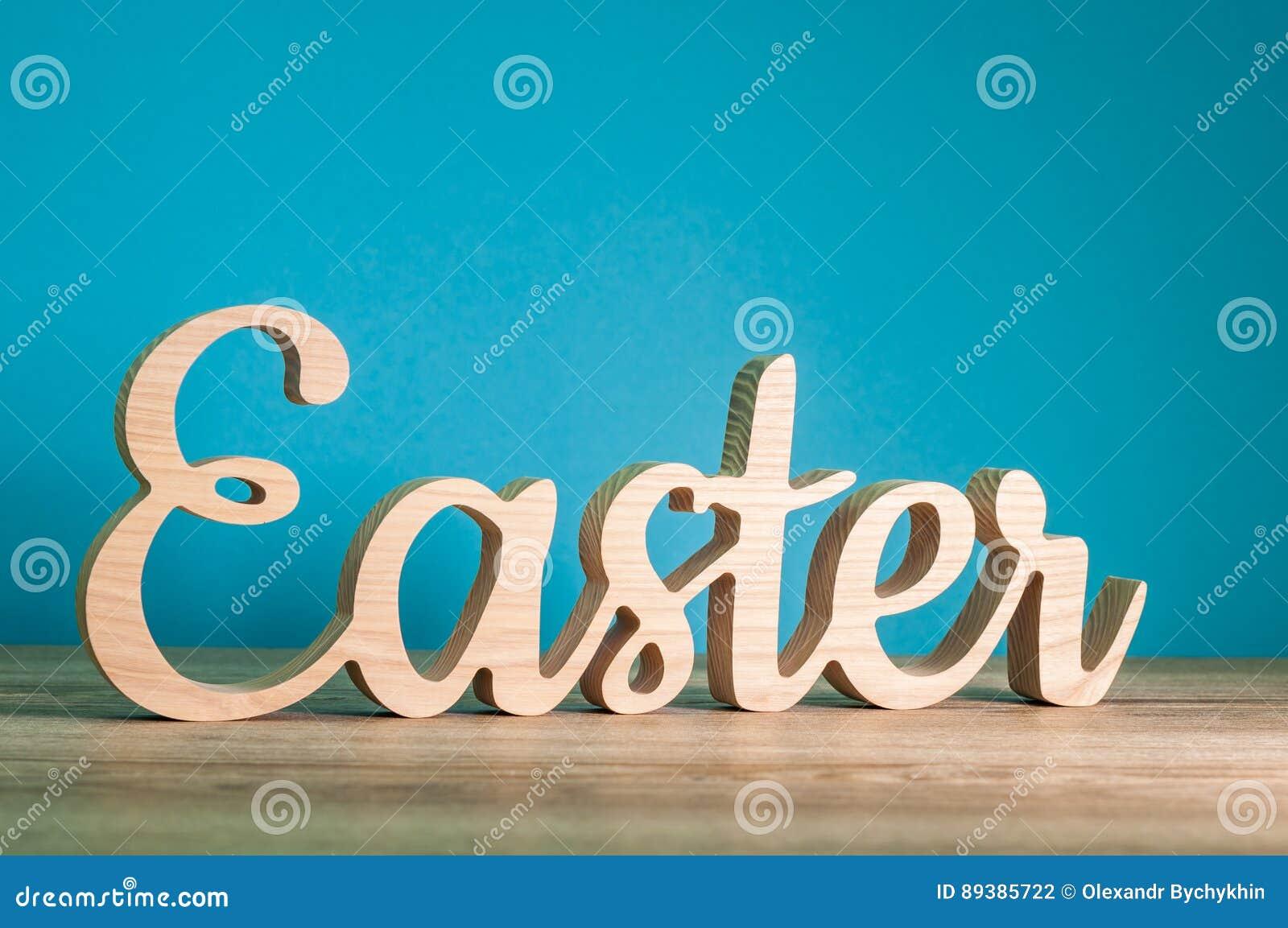 Pasen gesneden houten tekst bij blauwe achtergrond feestelijke decoratie het gelukkige concept - Blauwe turquoise decoratie ...