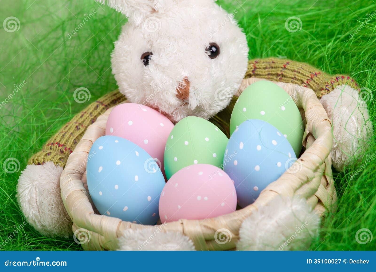 Pasen-mand met verfraaide eieren