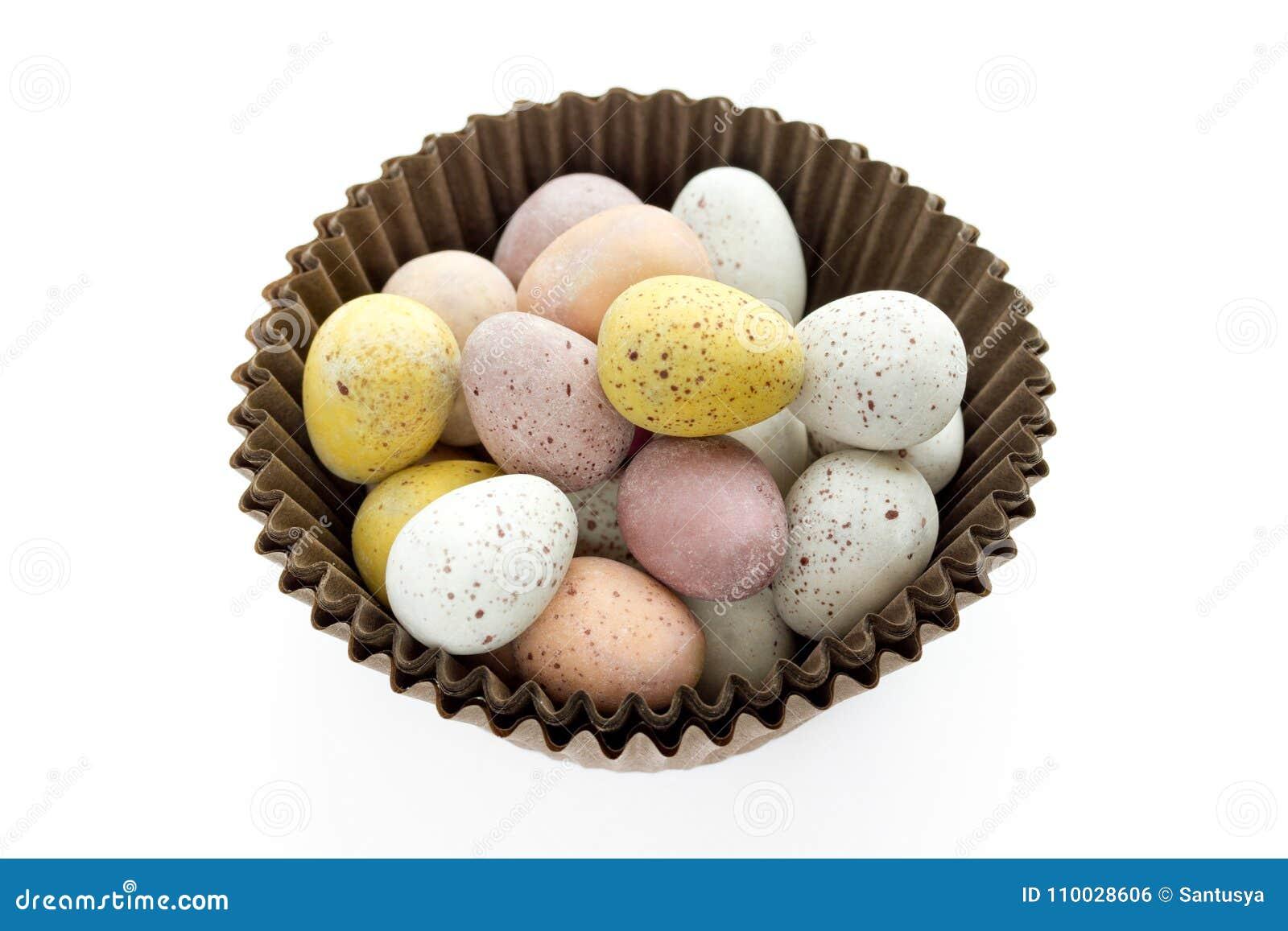 Pasen-suikergoed gespikkelde eieren op witte achtergrond